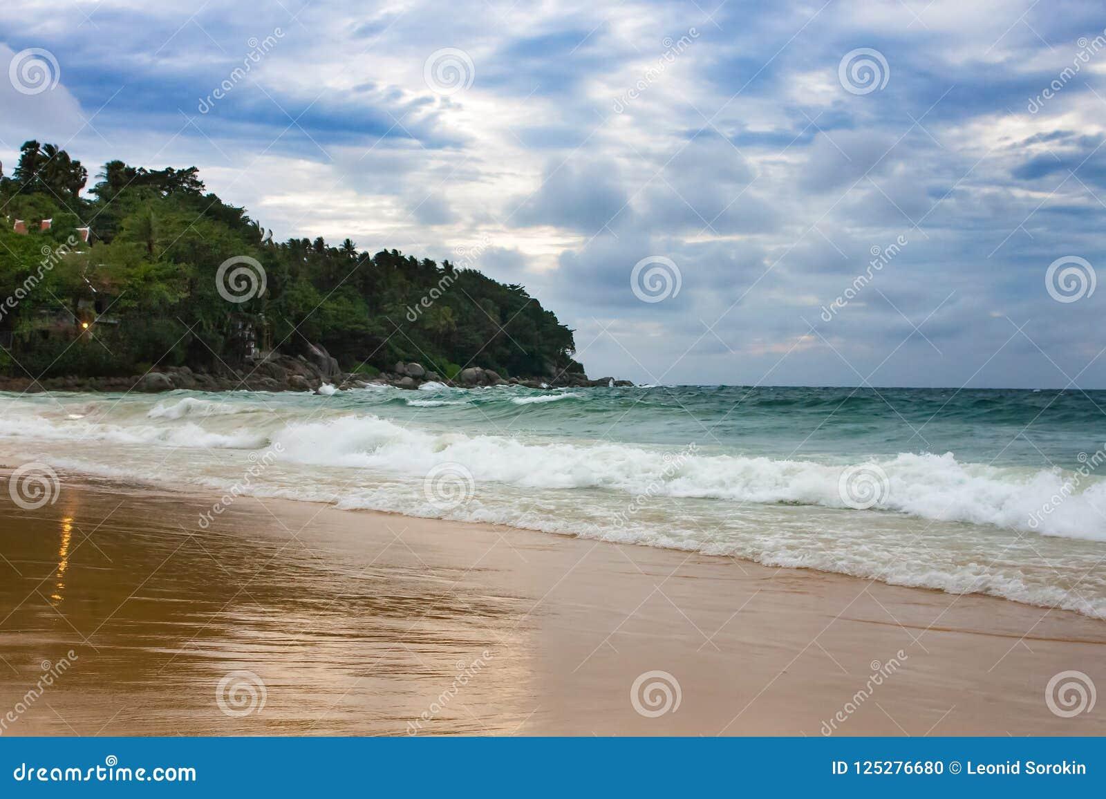 Molnigt med seascape och stranden i tropiskt Strand och hav med vågen