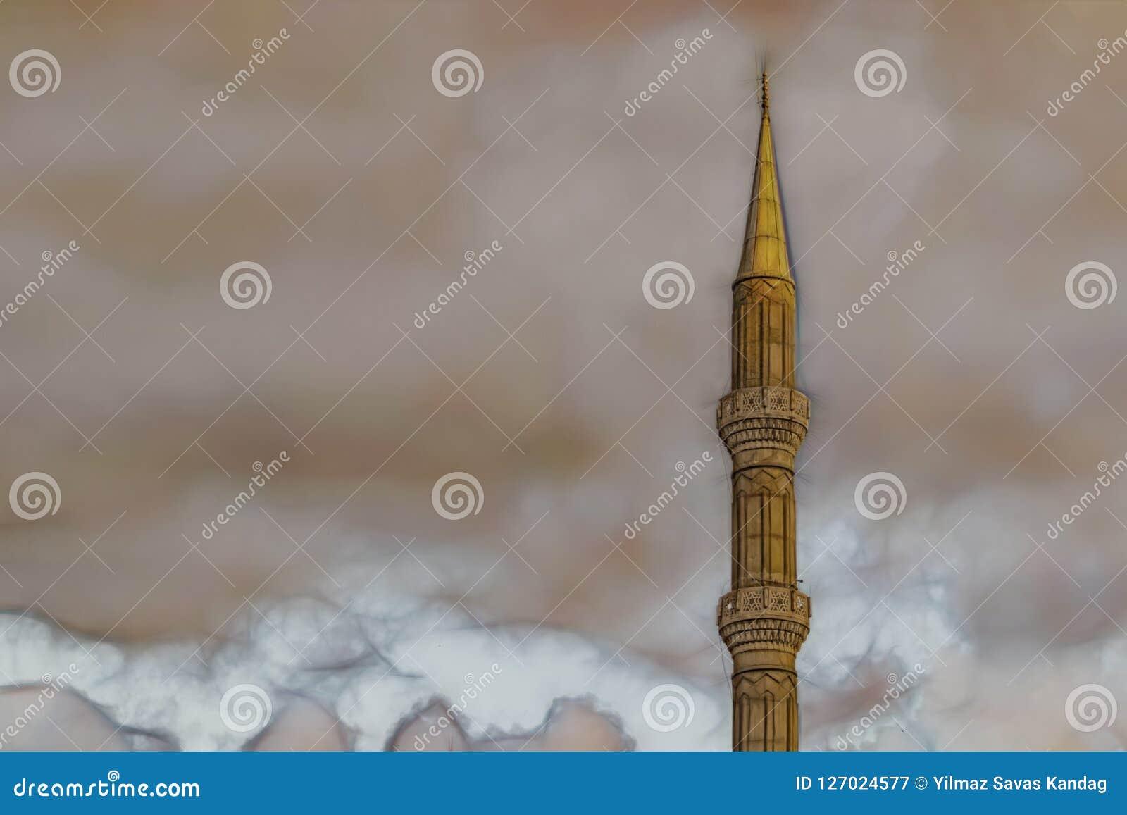 Molnigt väder och minaret av moskén
