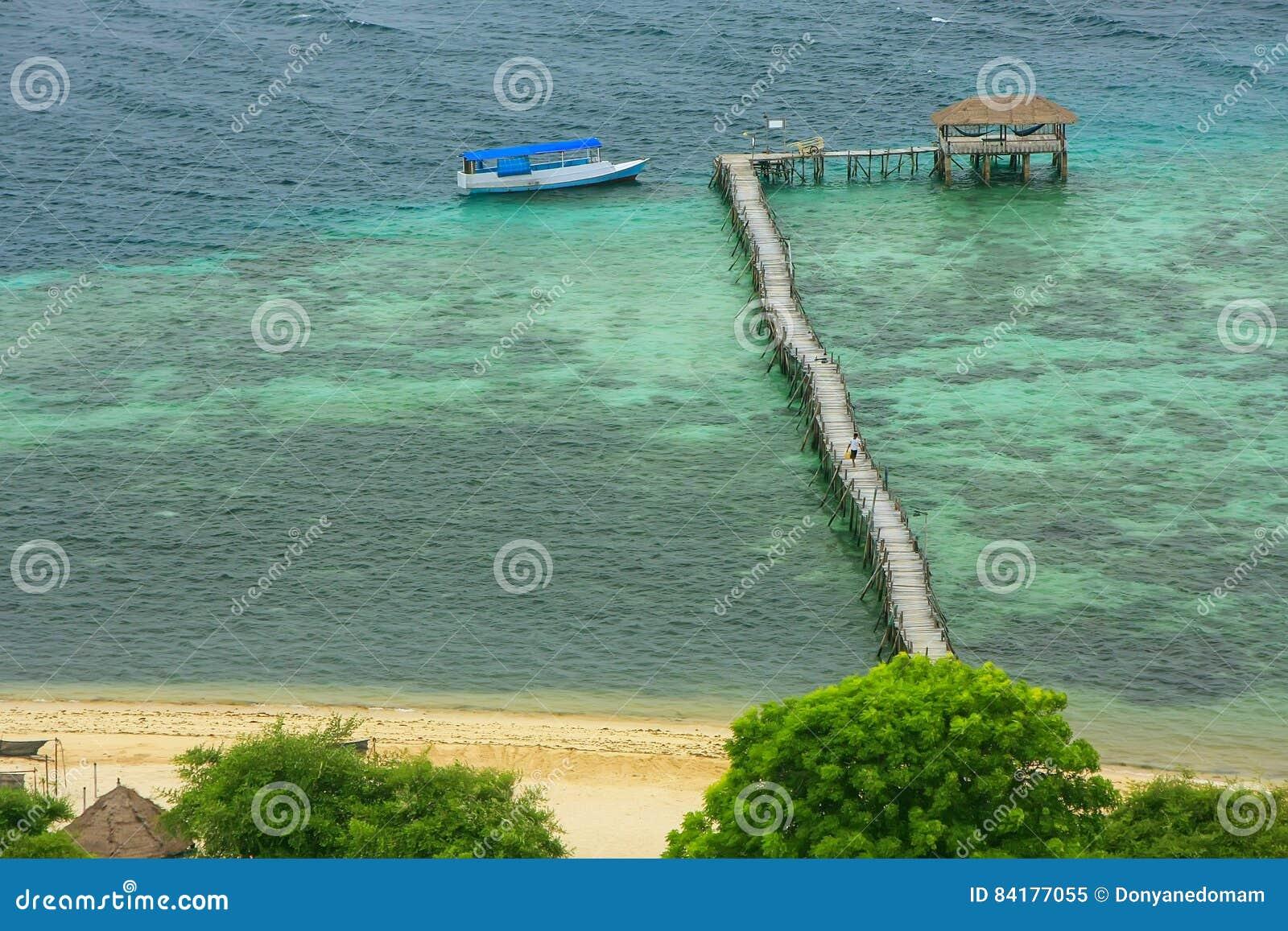 Molo di legno lungo all isola di Kanawa nel mare del Flores, Nusa Tenggara,