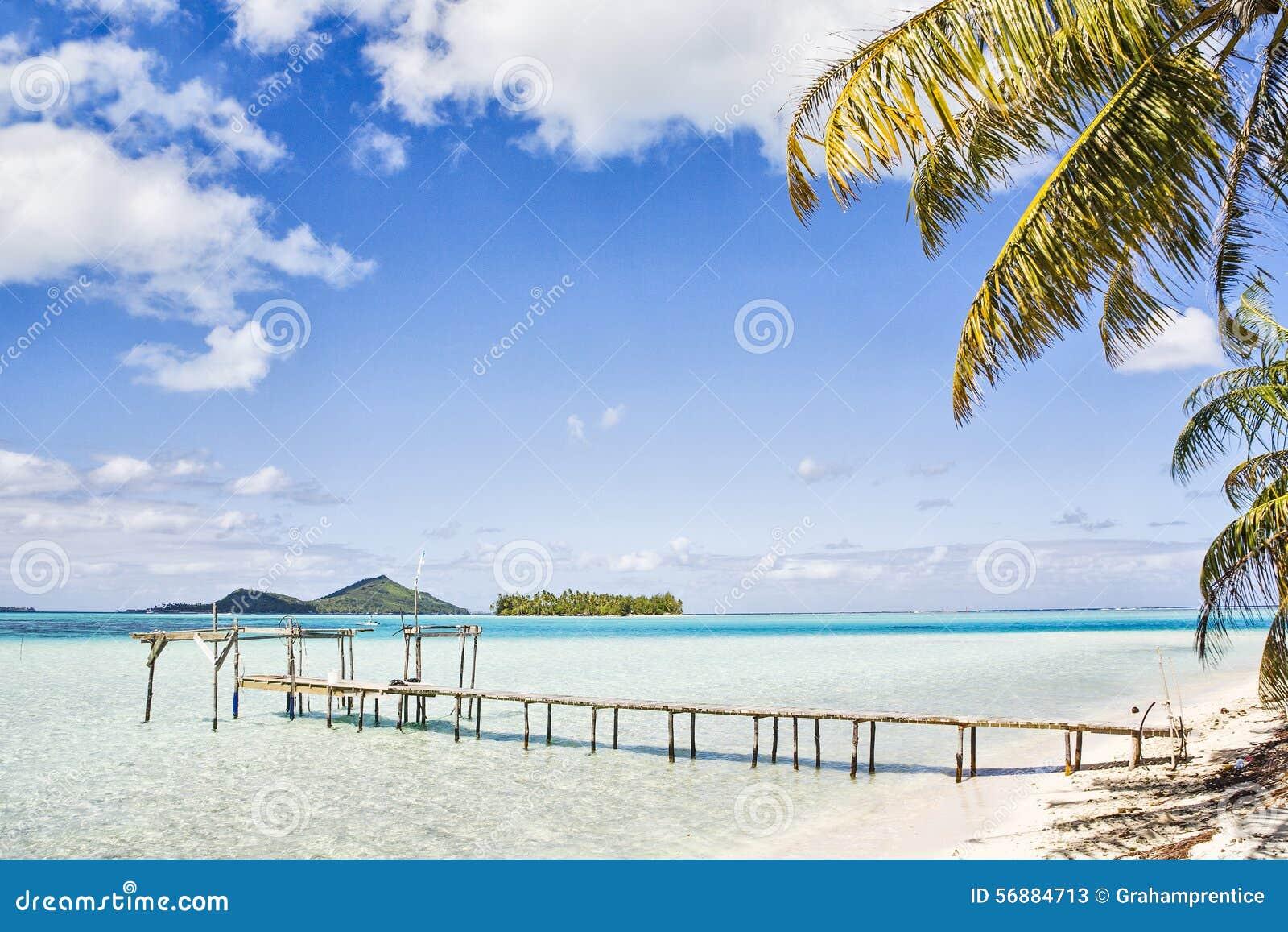 Molo in mare blu azzurrato, Bora Bora, Polinesia francese