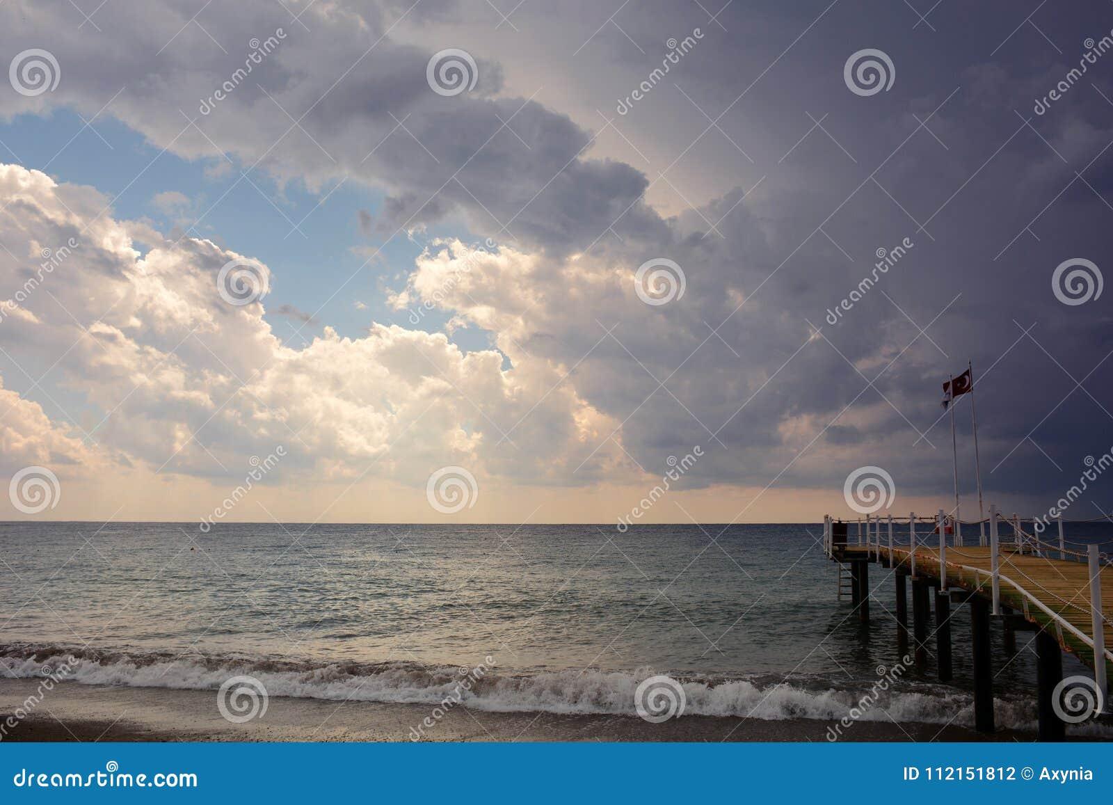 Molo na morzu przy zmierzchem i deszczem w Alanya, Turcja