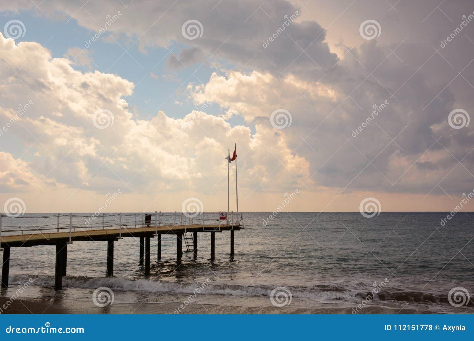 Molo na morzu przy zmierzchem w Alanya, Turcja