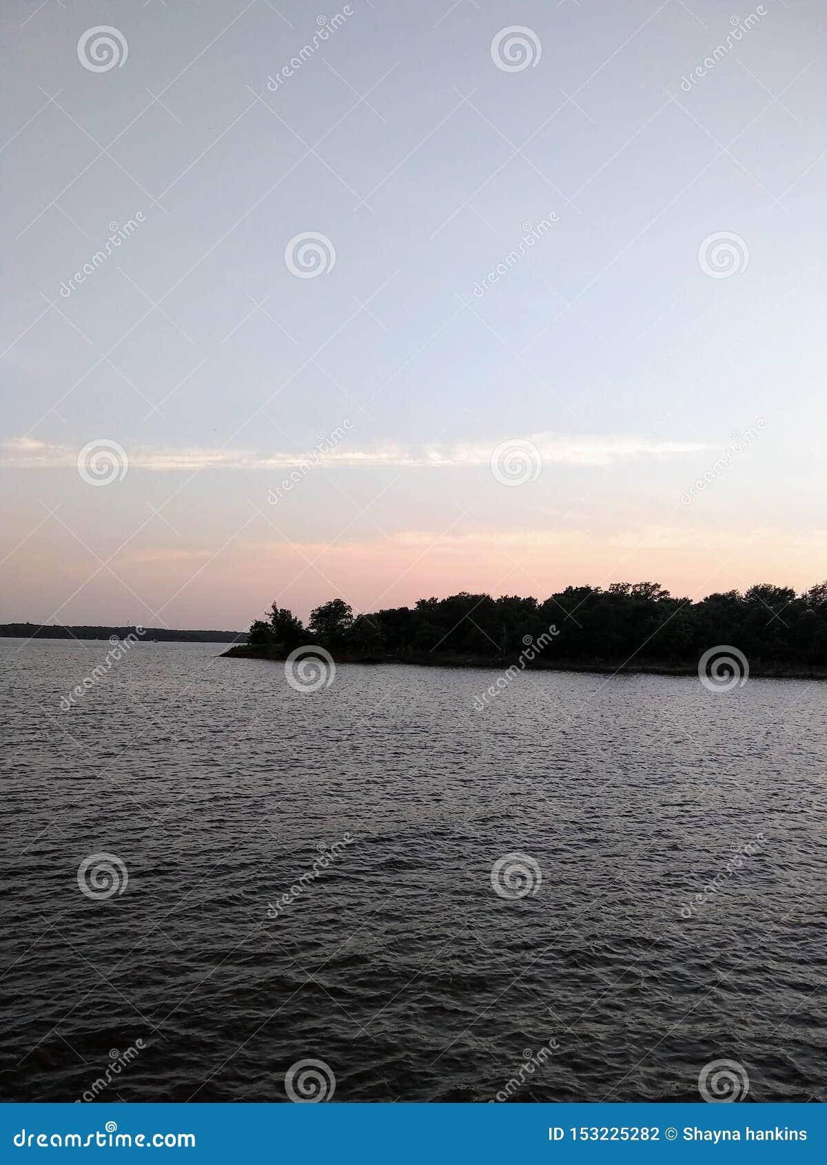 Molo przy jeziorem