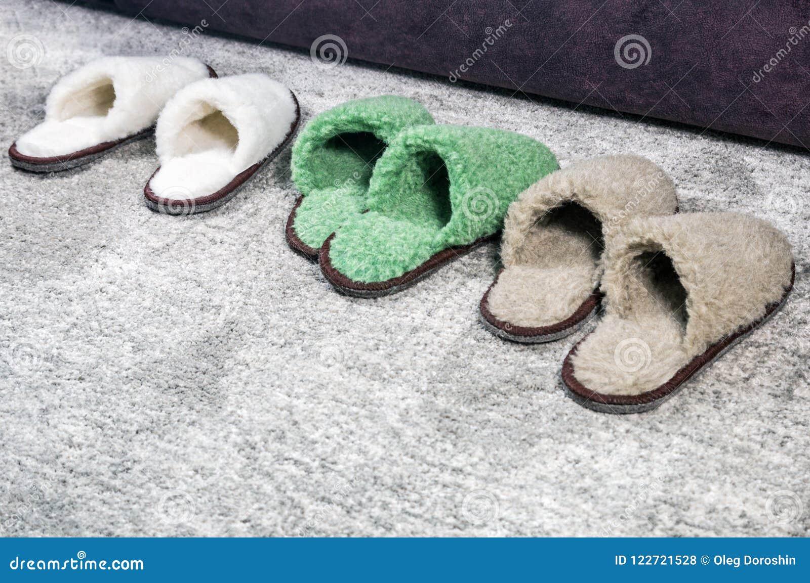 Molte pantofole della dimensione e del colore differenti
