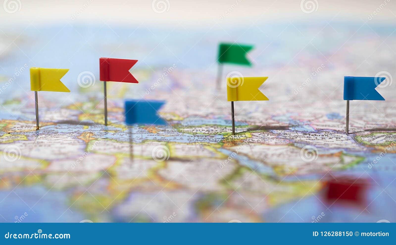 Molte posizioni segnate con i perni sulla mappa di mondo, rete di comunicazione globale