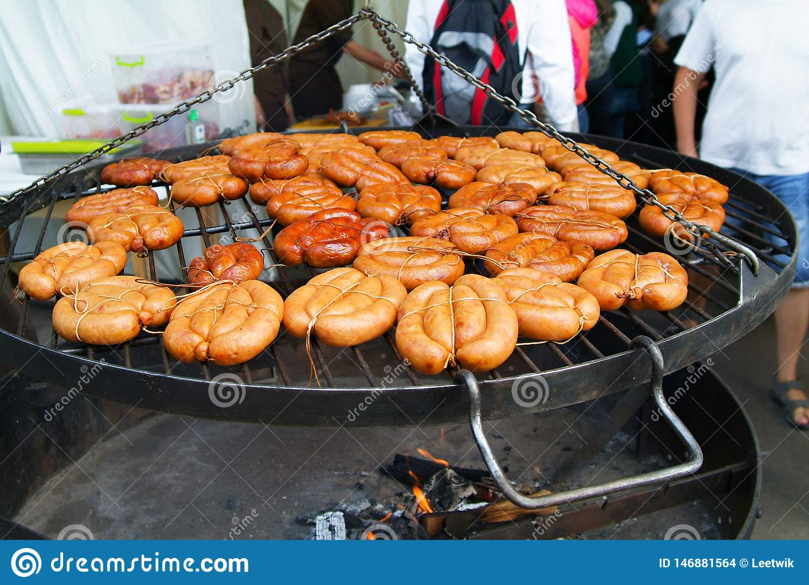 Molte salsiccie sulla griglia
