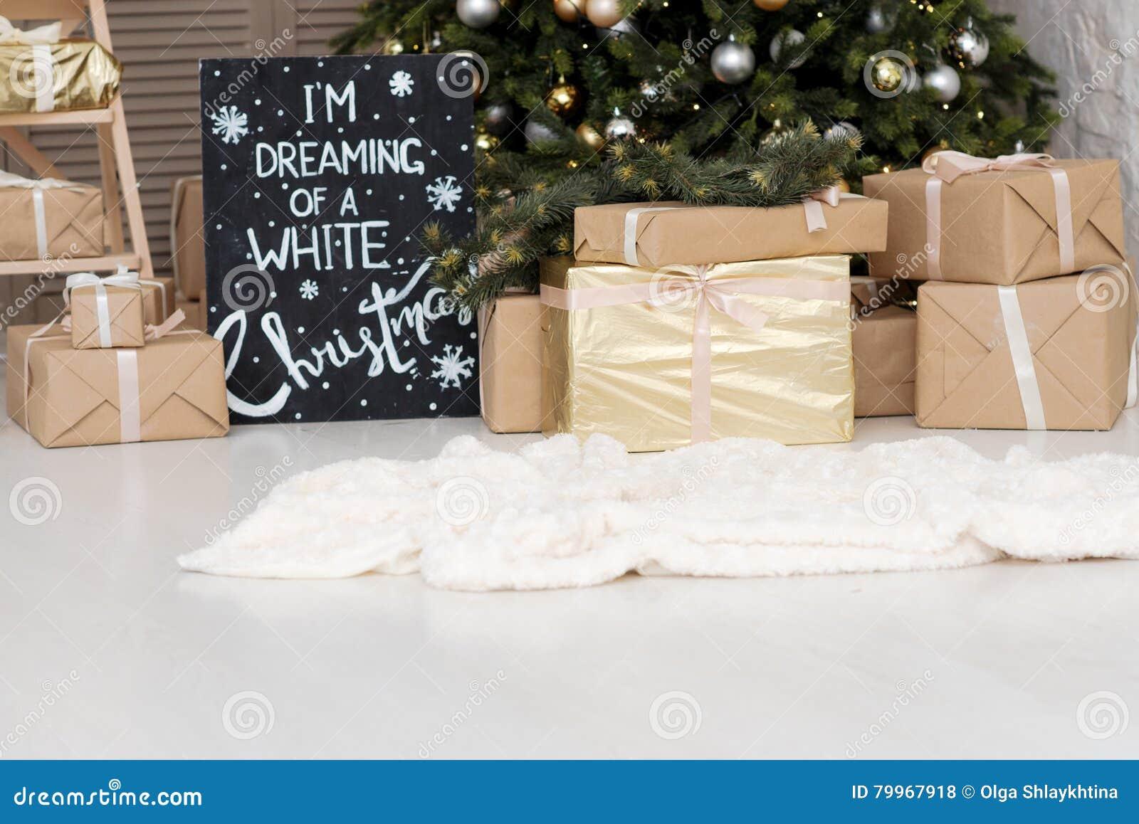 Scatole Per Regali Di Natale.Molte Scatole Con Regali Di Christas Vicino All Albero Di Natale