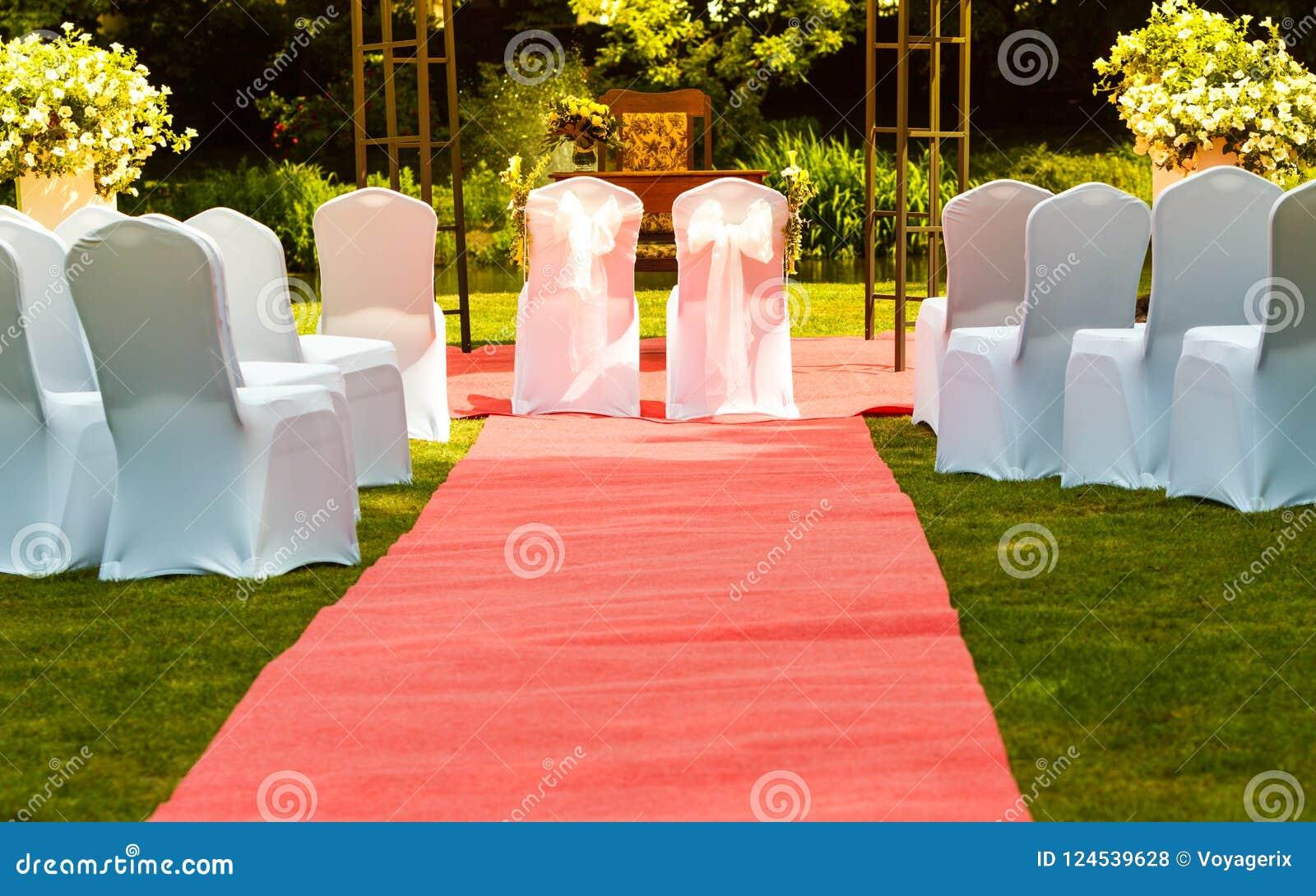 Sedie Bianche Eleganti : Molte sedie di nozze con le coperture eleganti bianche fotografia