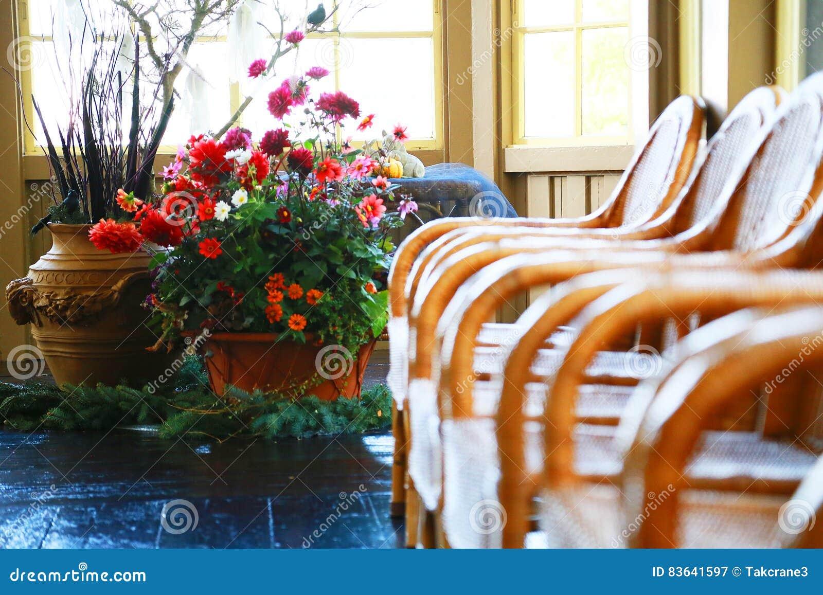 Molte sedie e decorazioni del fiore