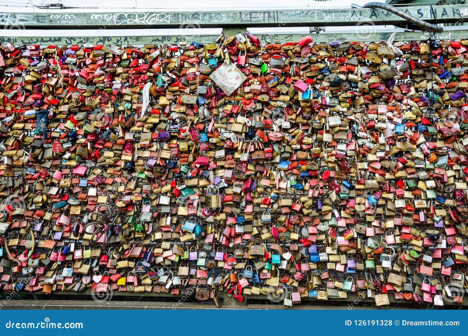 Molte serrature di amore