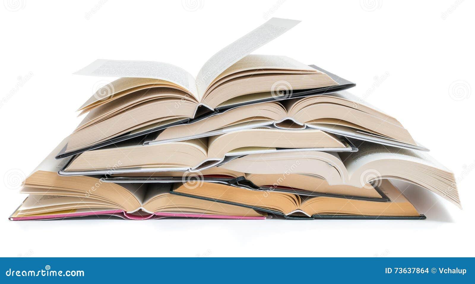 Molti aperti hanno impilato i libri isolati su fondo bianco