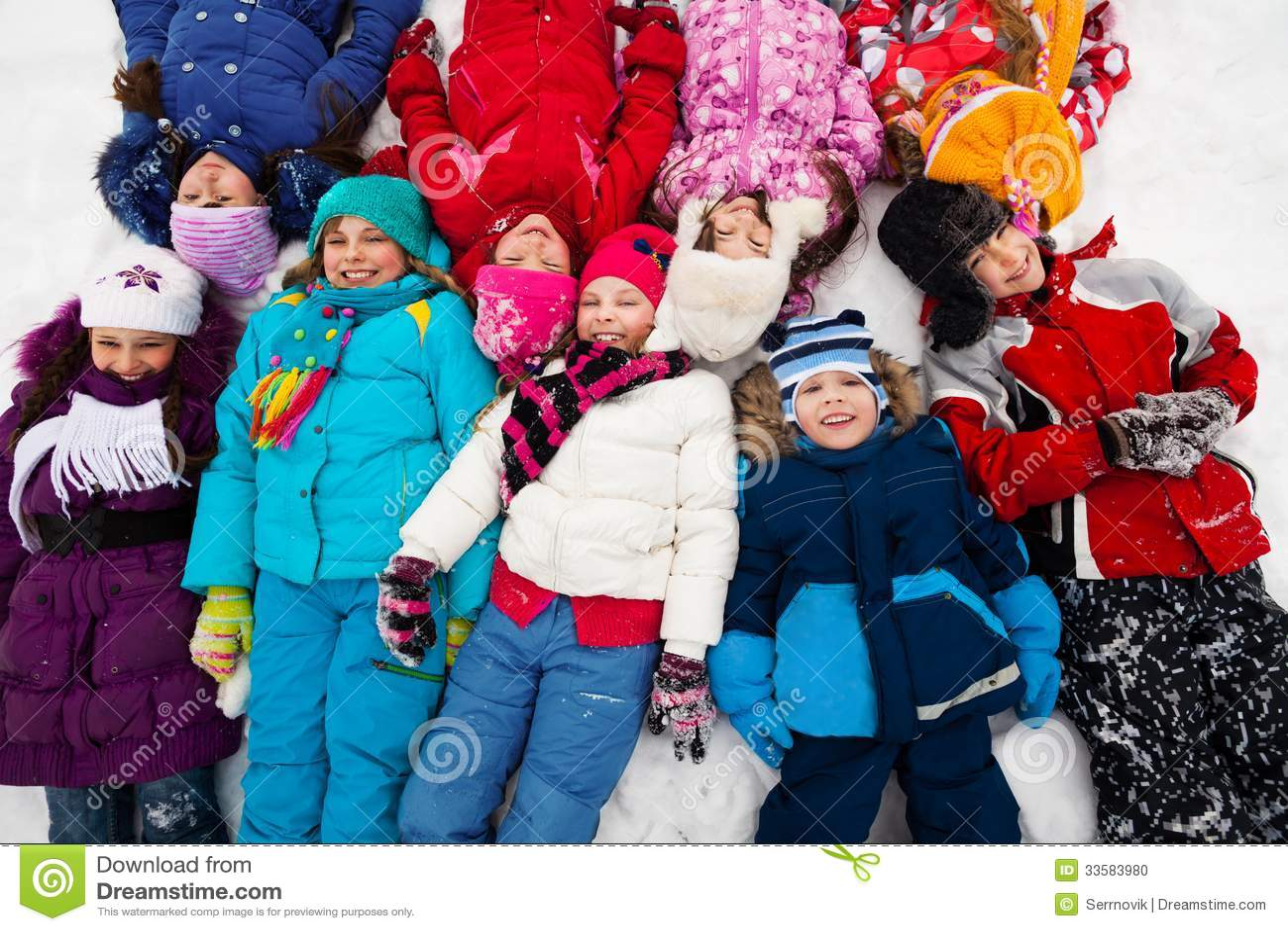 Molti bambini in neve