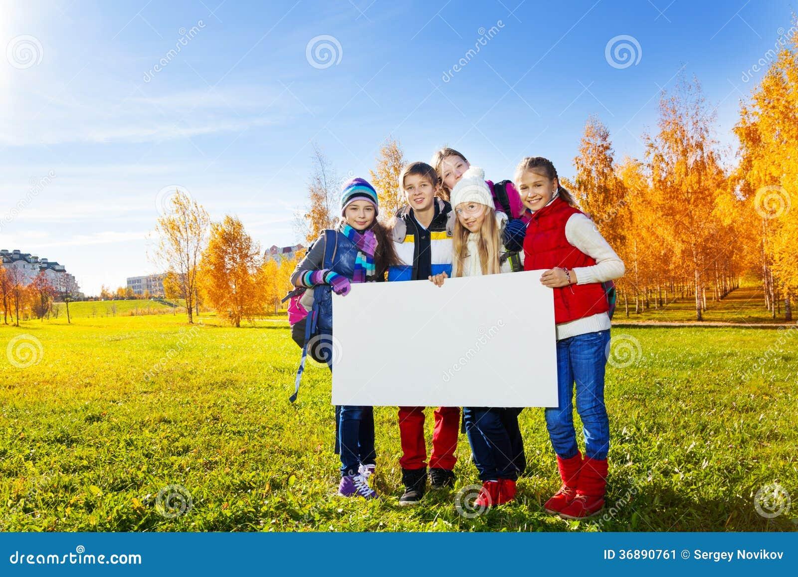 Download Molti Bambini Tengono Il Bordo Bianco Immagine Stock - Immagine di caucasico, stretta: 36890761