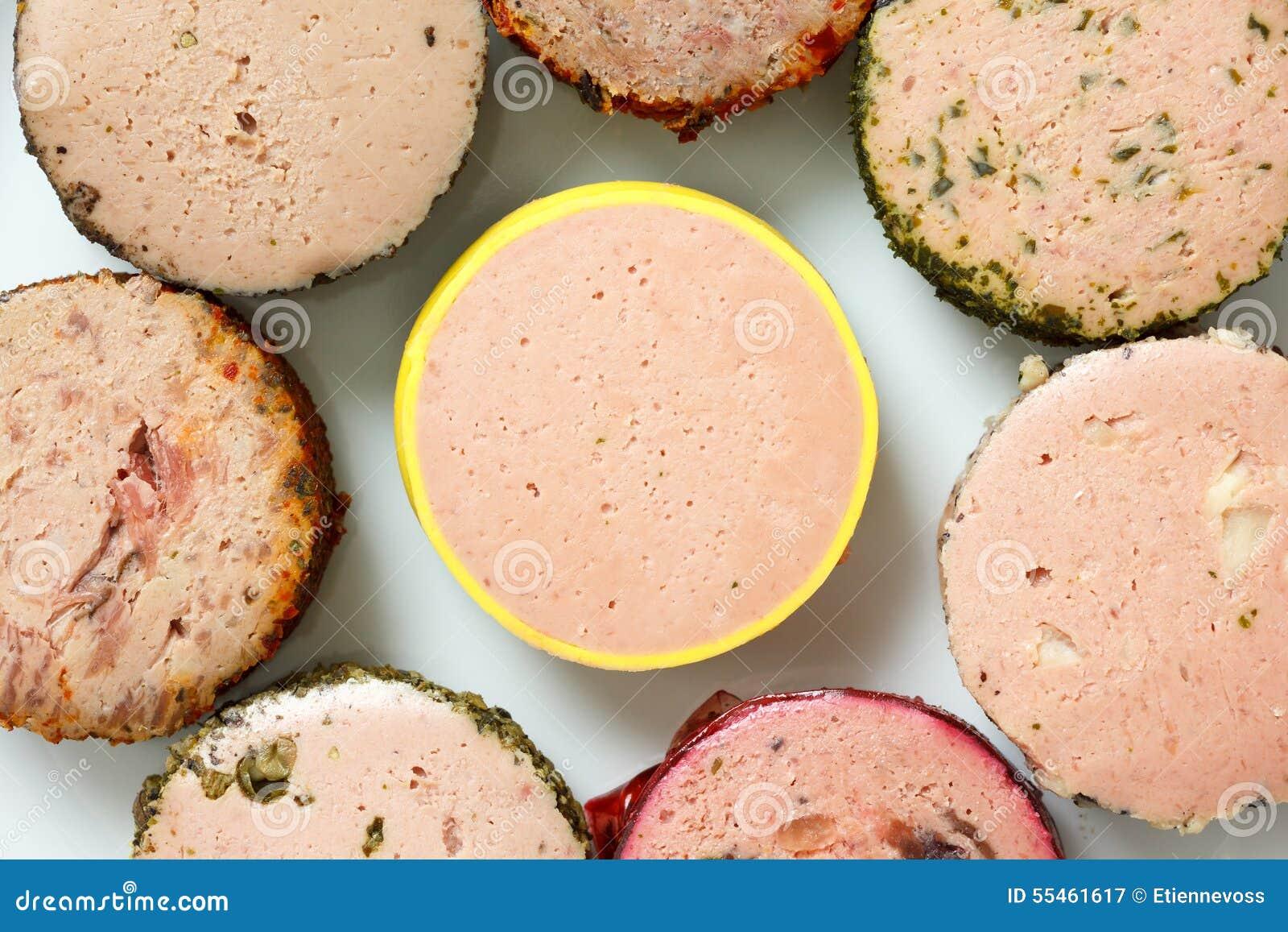 Molti generi di patè rotondi sul piatto Da sopra