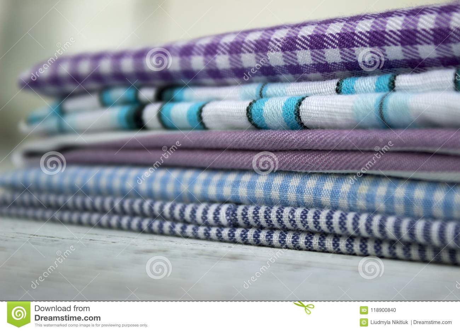 Molti generi di tessuti di cotone in bande e di gabbia su un fondo lilla