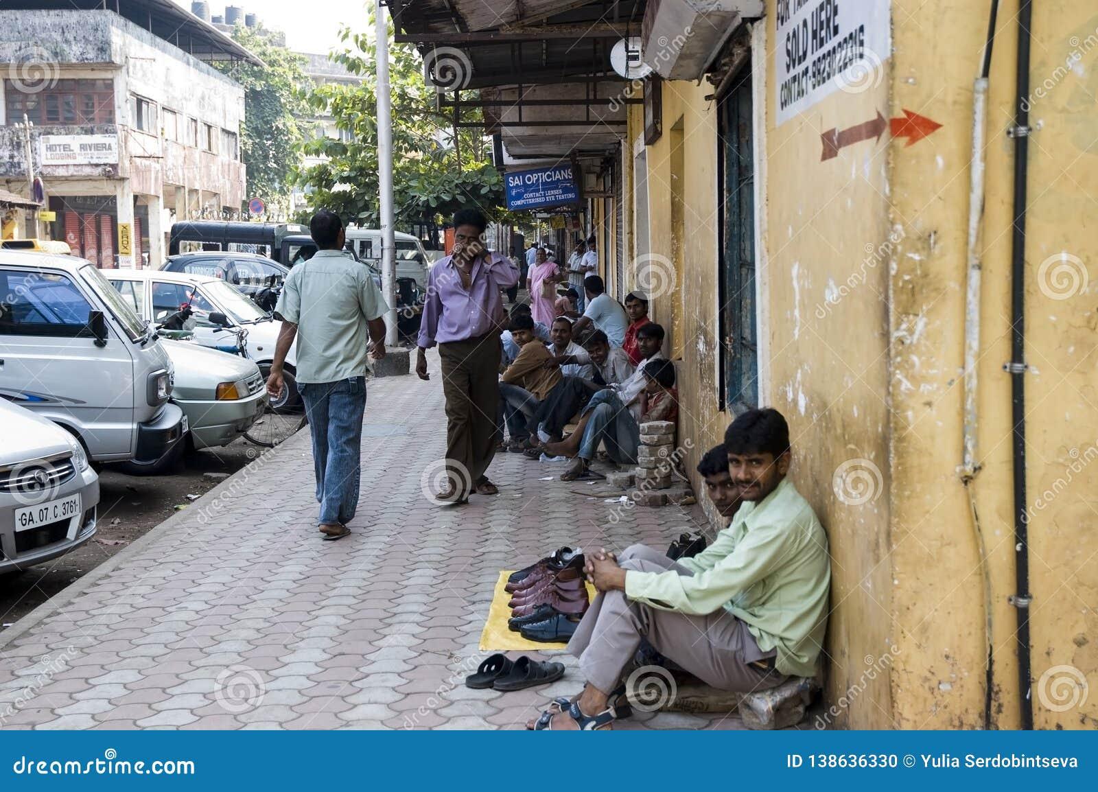 Molti indigenti indiani si siedono sul marciapiede vicino alla strada e vendono qualcosa L India, Goa- 29 gennaio 2009