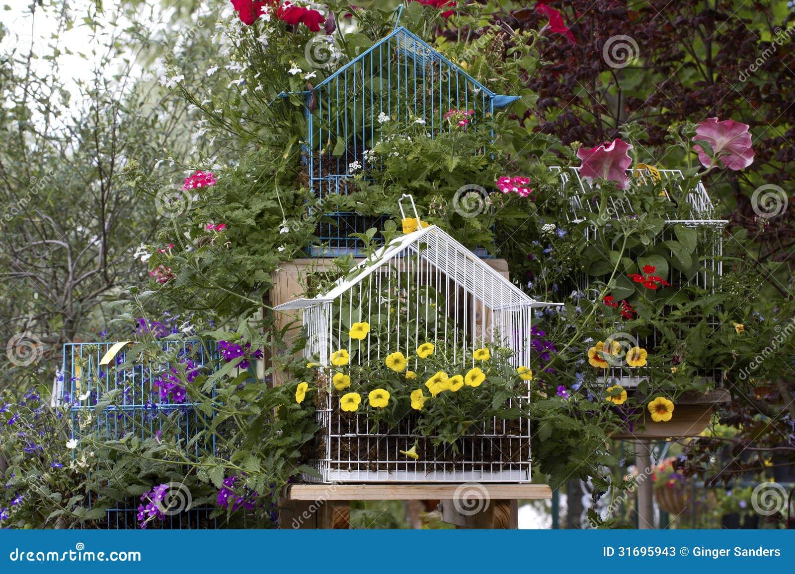 molti ornamenti luminosi del giardino della gabbia per