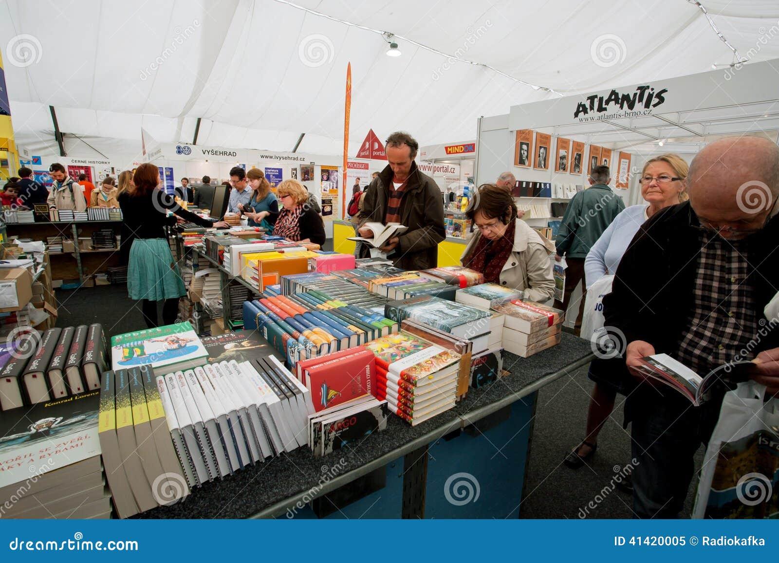 Molti uomini e donne scelgono i libri al mercato del libro