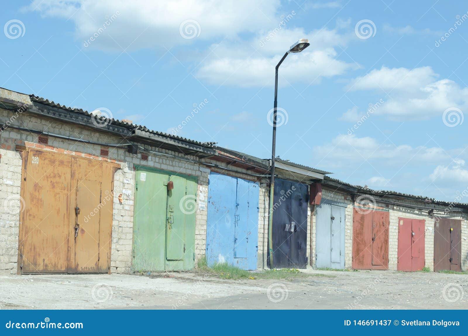 Molti vecchi garage con le porte dipinte