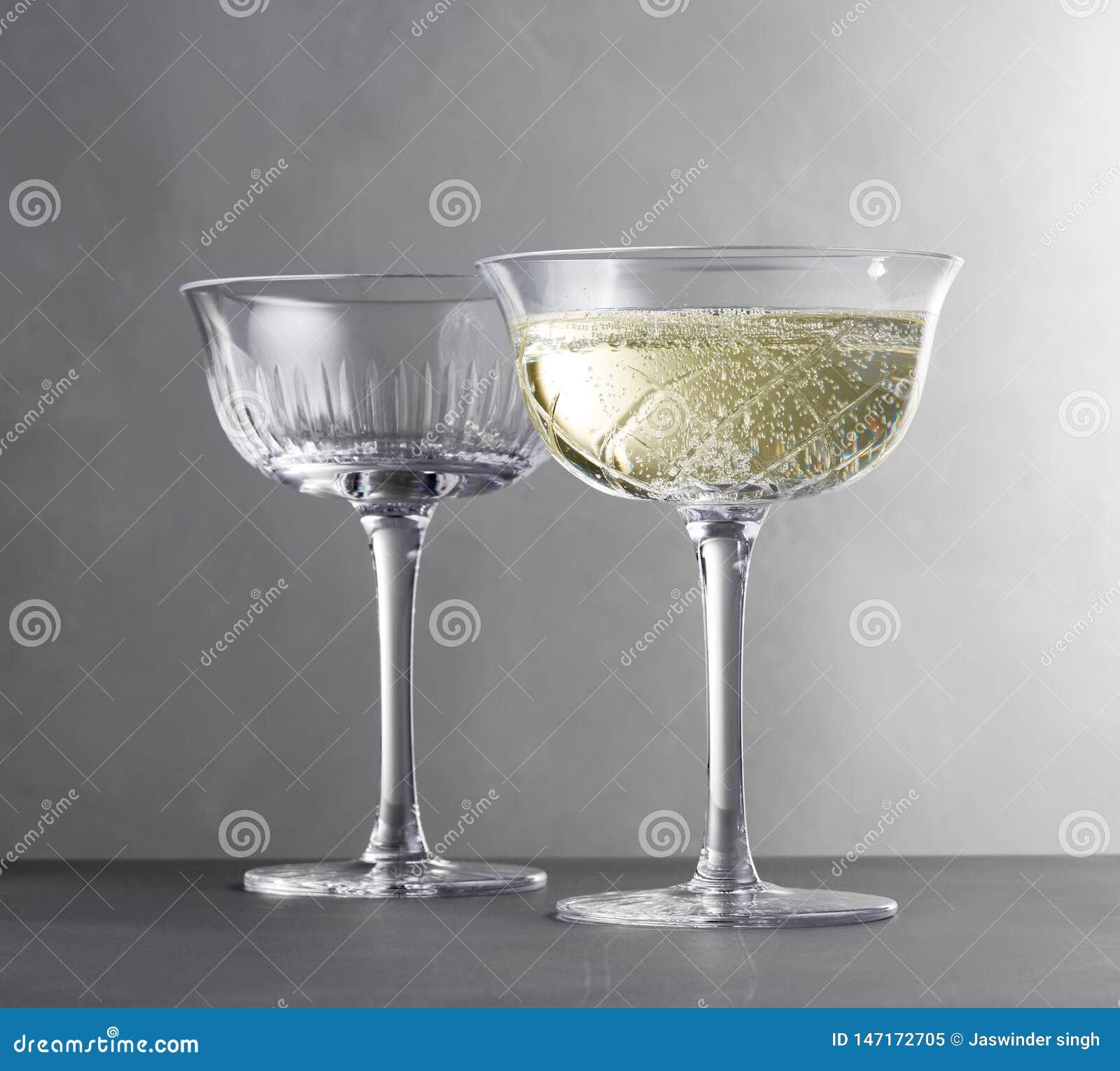 Molti vetri di vino differente in una fila sull immagine contro- della barra