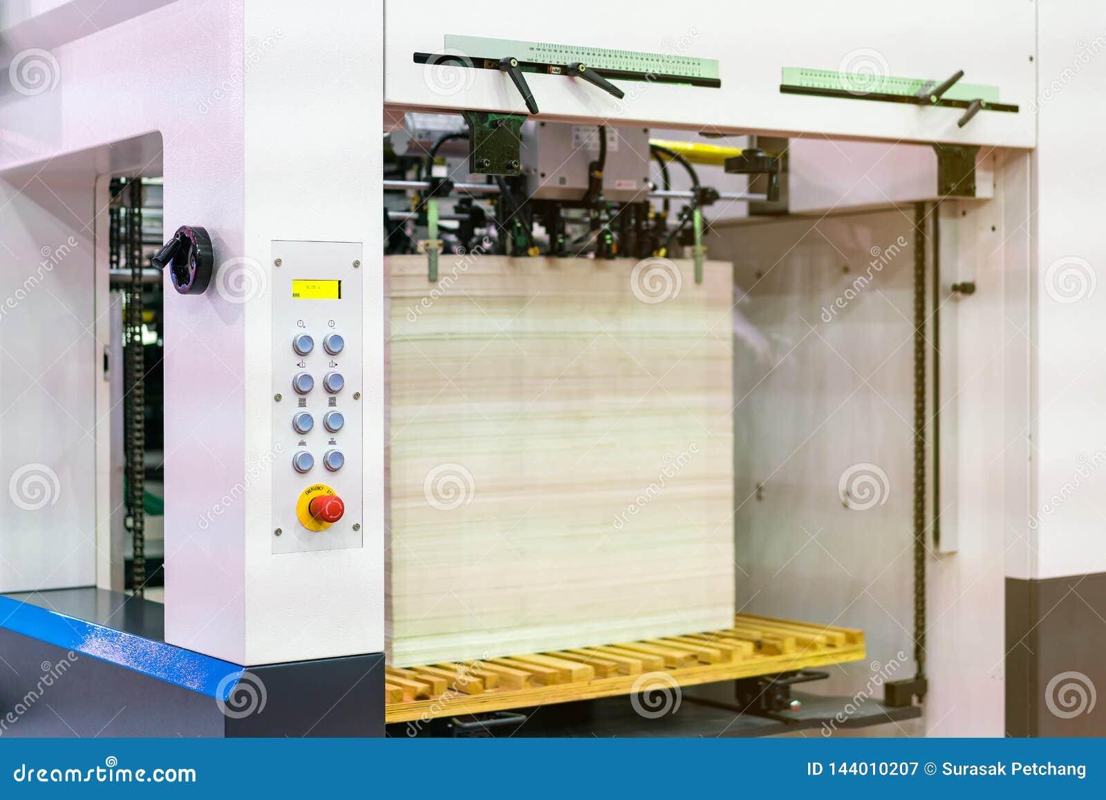 Molto carta in moderno e tecnologia avanzata della pubblicazione o della stampatrice automatica