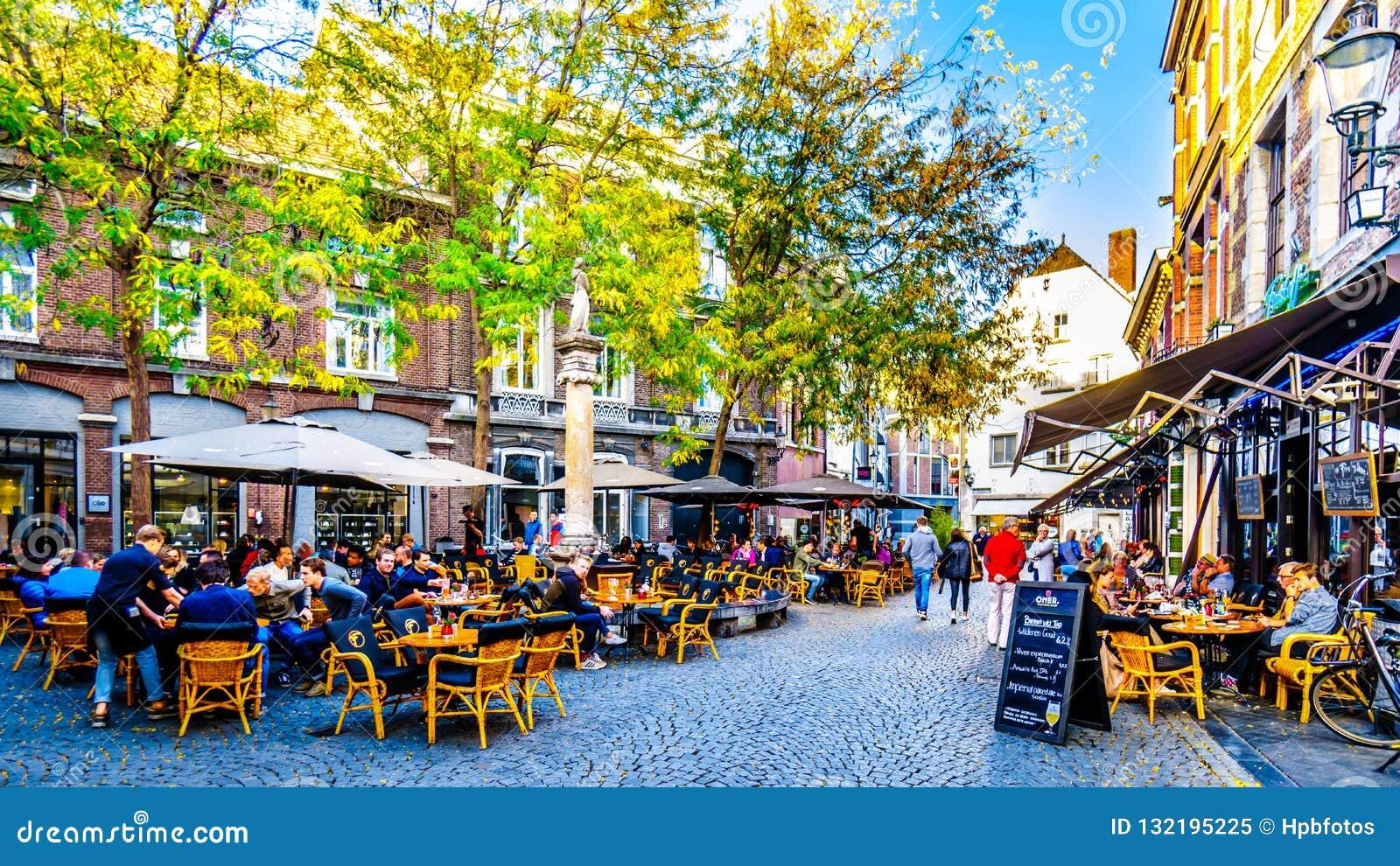Molto ristorante e terrazzi e pati del pub da andar in giroe con gli amici nel centro della città storica di Maastricht