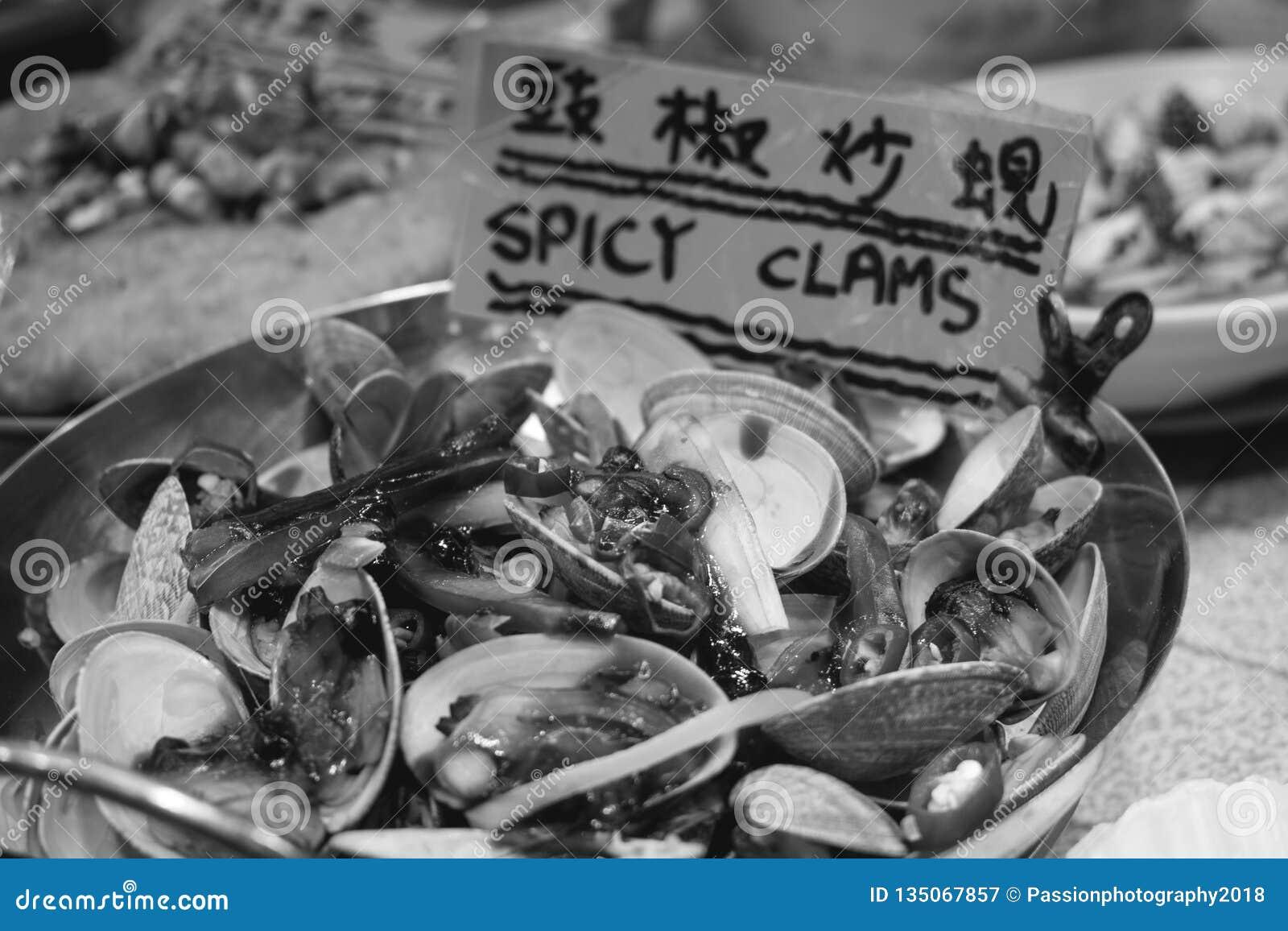 Moluscos picantes um mercado da noite da rua do templo em Hong Kong China