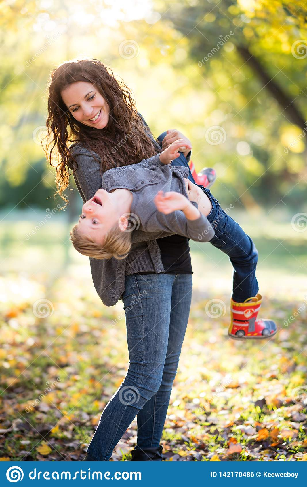 Mom παίζοντας γιος
