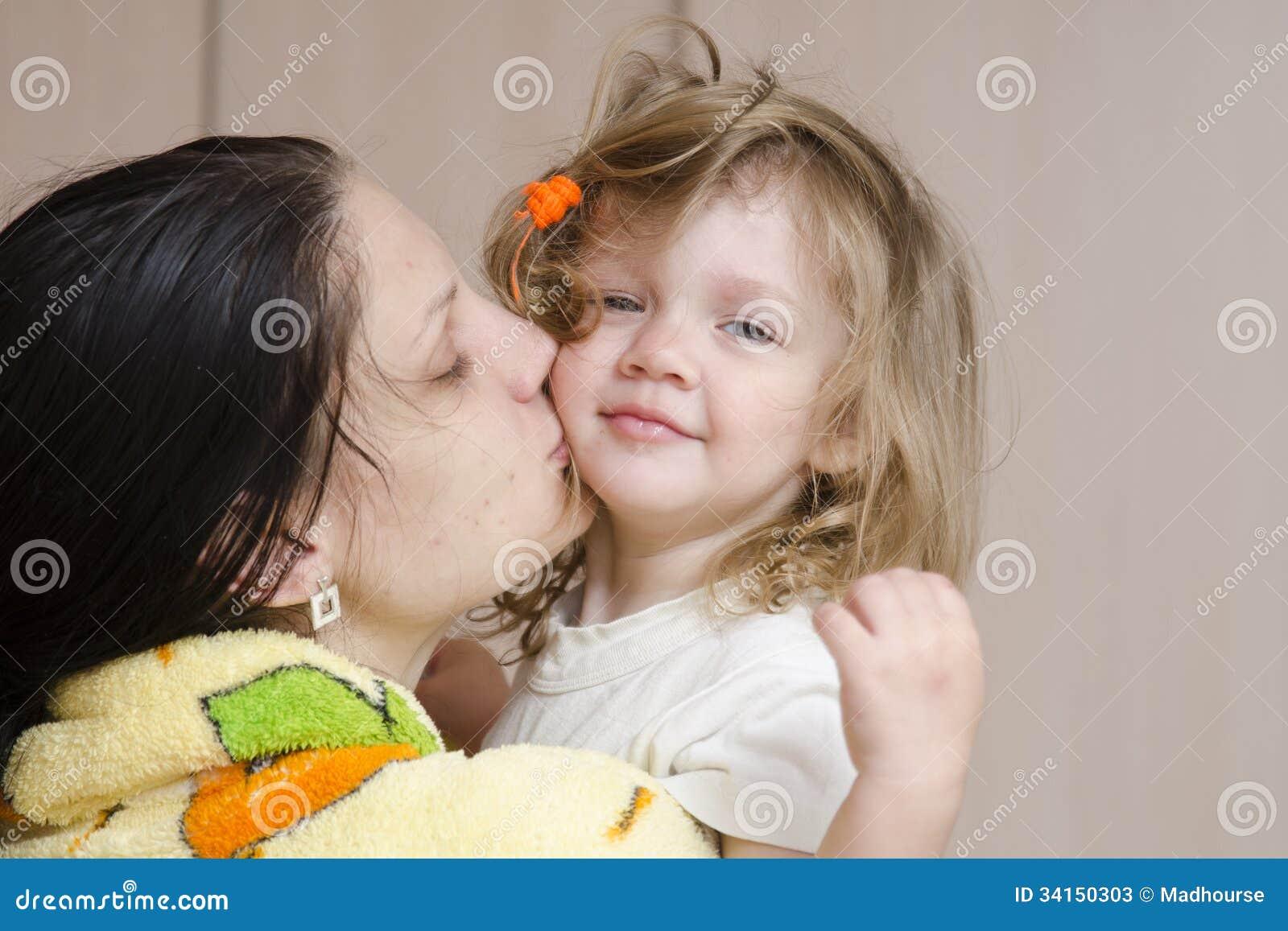 Фото дочка лижит матери, Подросток лижет письку мамочке и трахает 26 фотография
