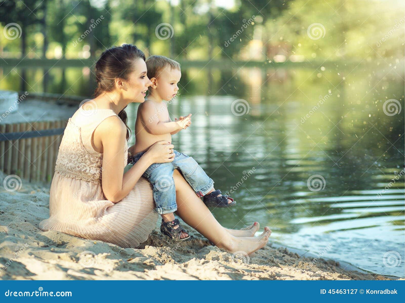 мамочка моется в душе фото