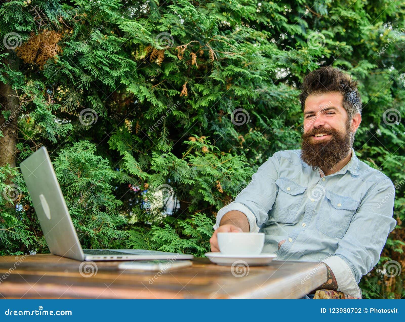 Moment agréable Moment de prise à penser Cassez pour détendre Équipez le hippie barbu font la pause pour le café de boissons et p