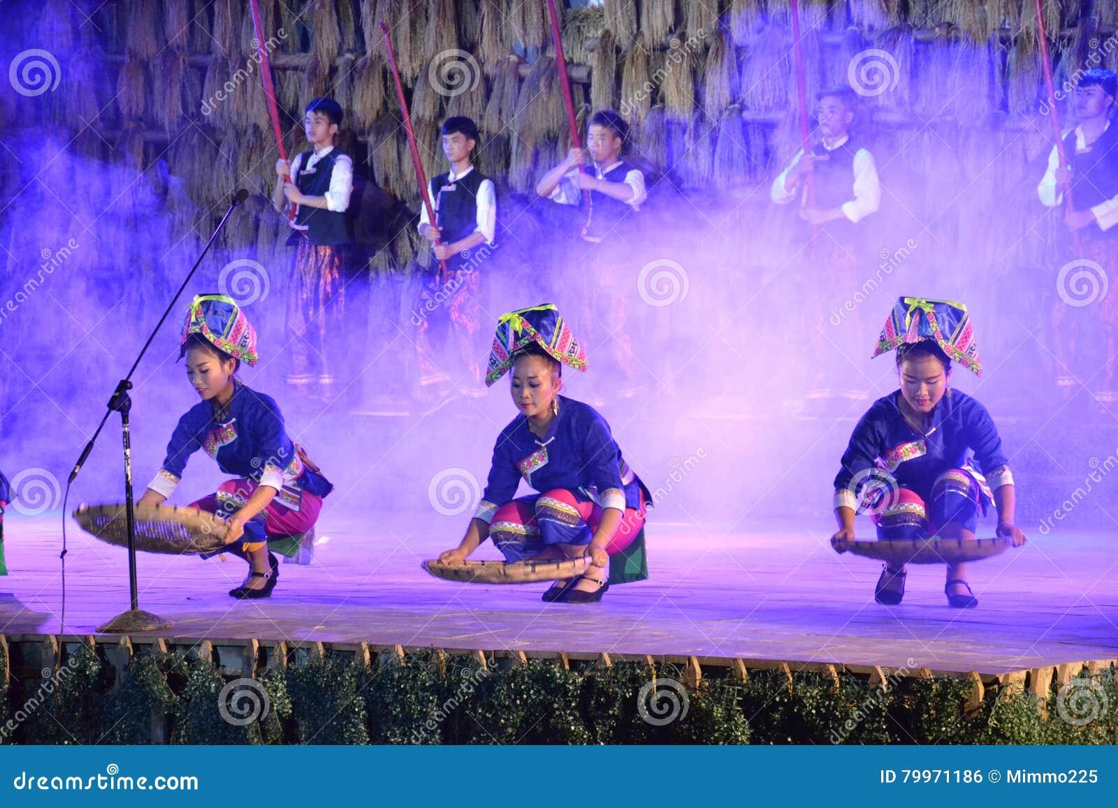 Moment d exposition traditionnelle des personnes de Dong