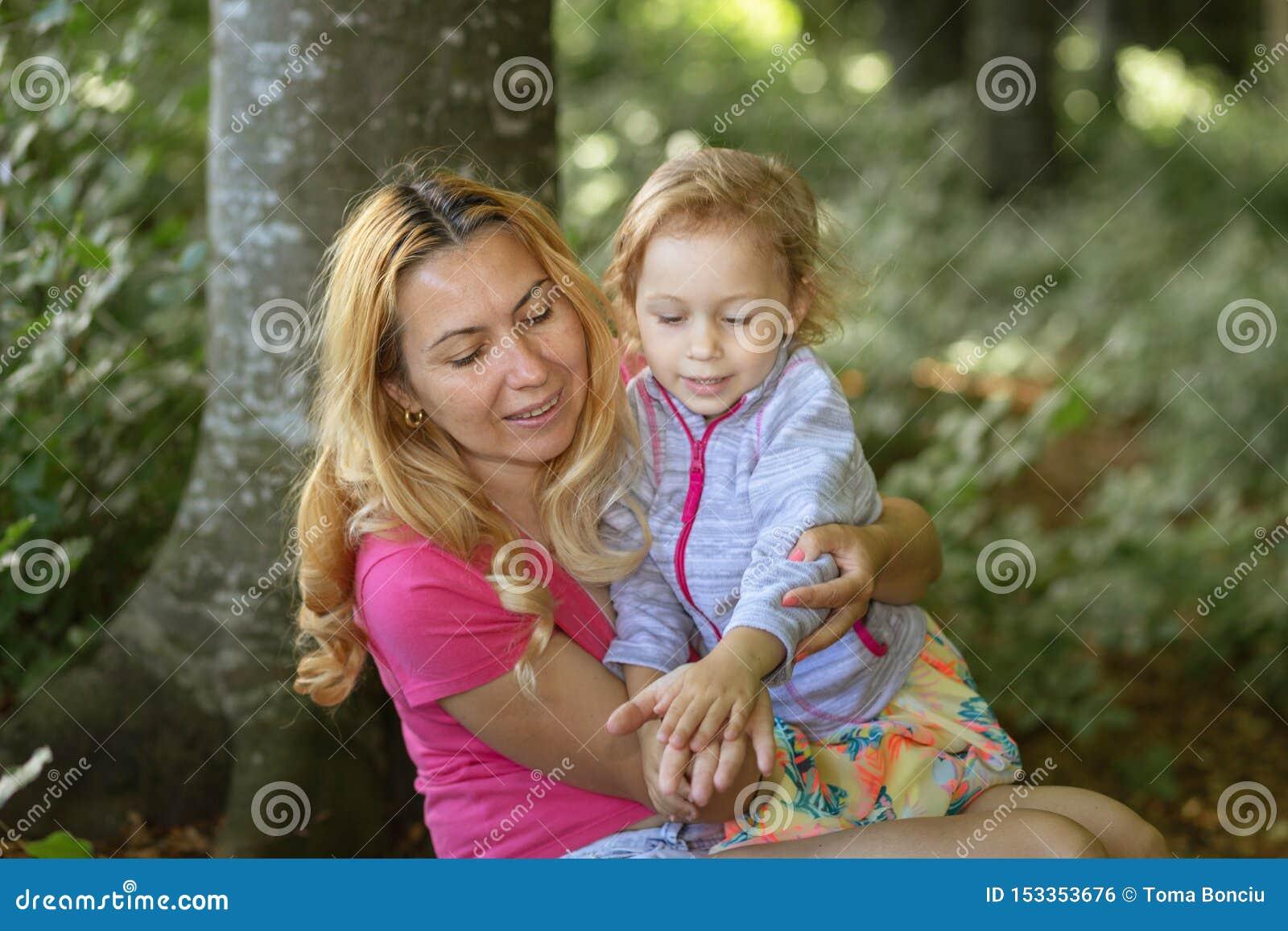 Moment de mère et de fille à l intérieur de la forêt Smilling et profiter d un agréable moment ?ducation de nature