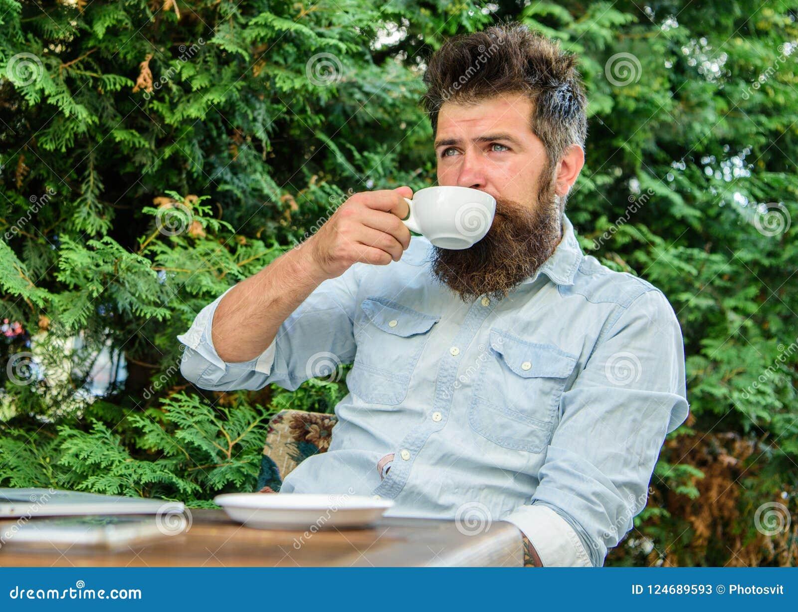 Moment de prise pour apprécier la vie Équipez le hippie barbu font la pause pour le café de boissons et détendent tandis que repo