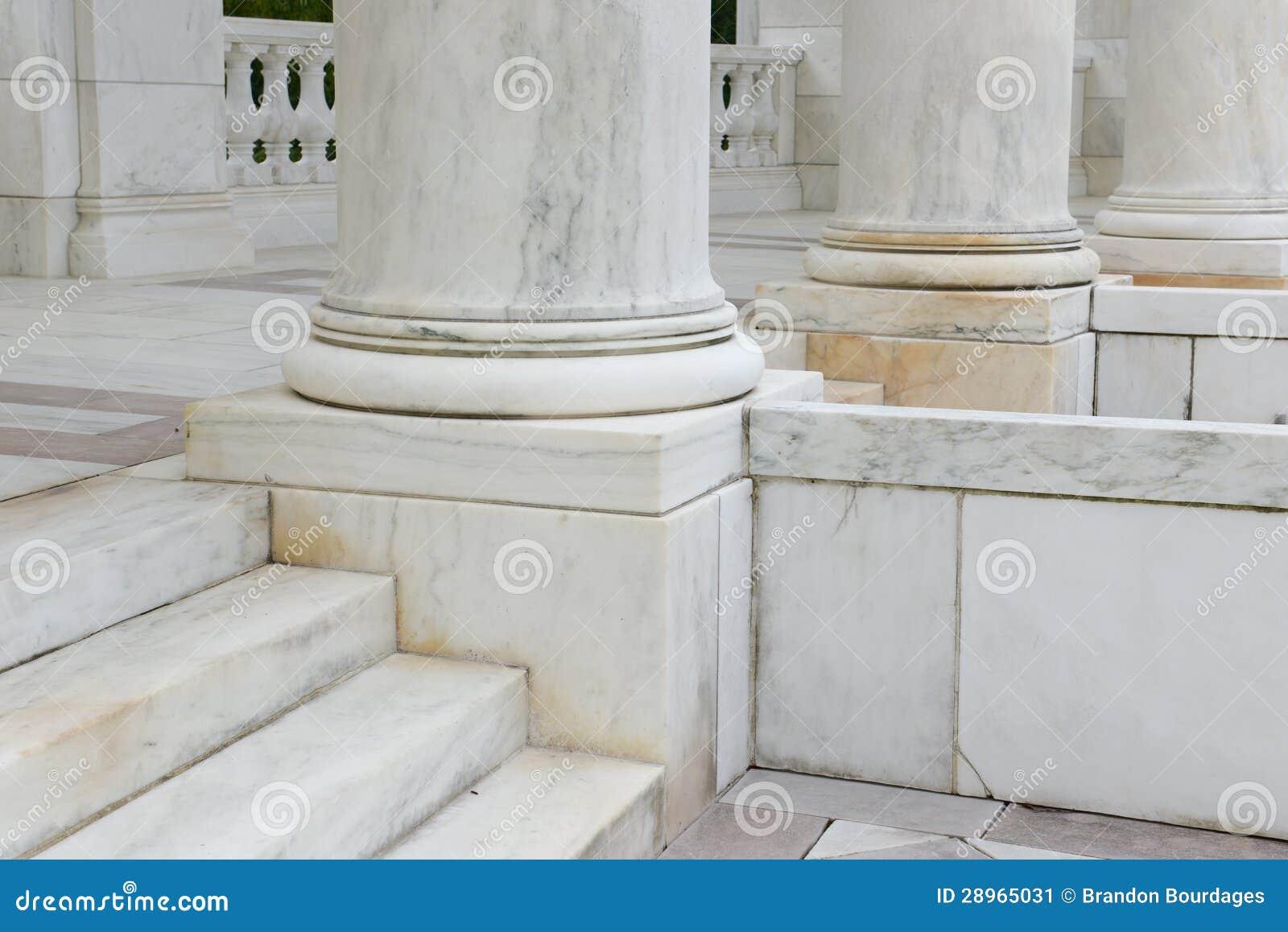 Moment och pelare som göras av marmor