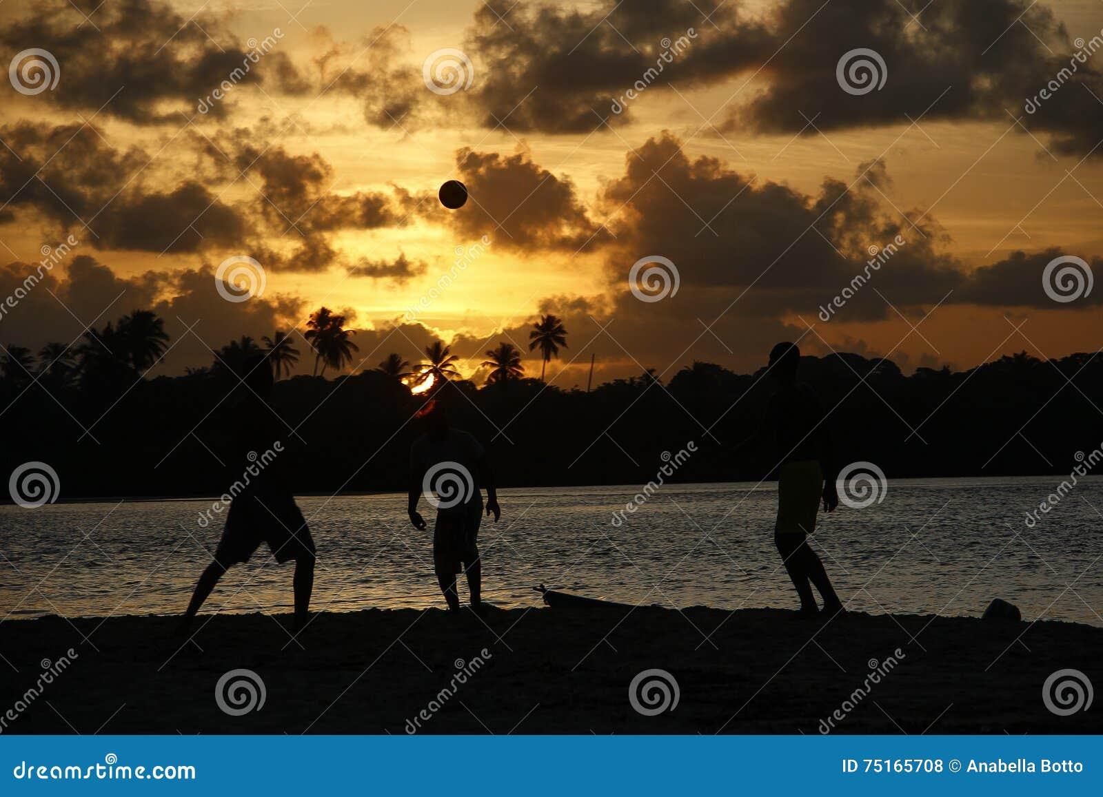 Moment tropical du football et de coucher du soleil
