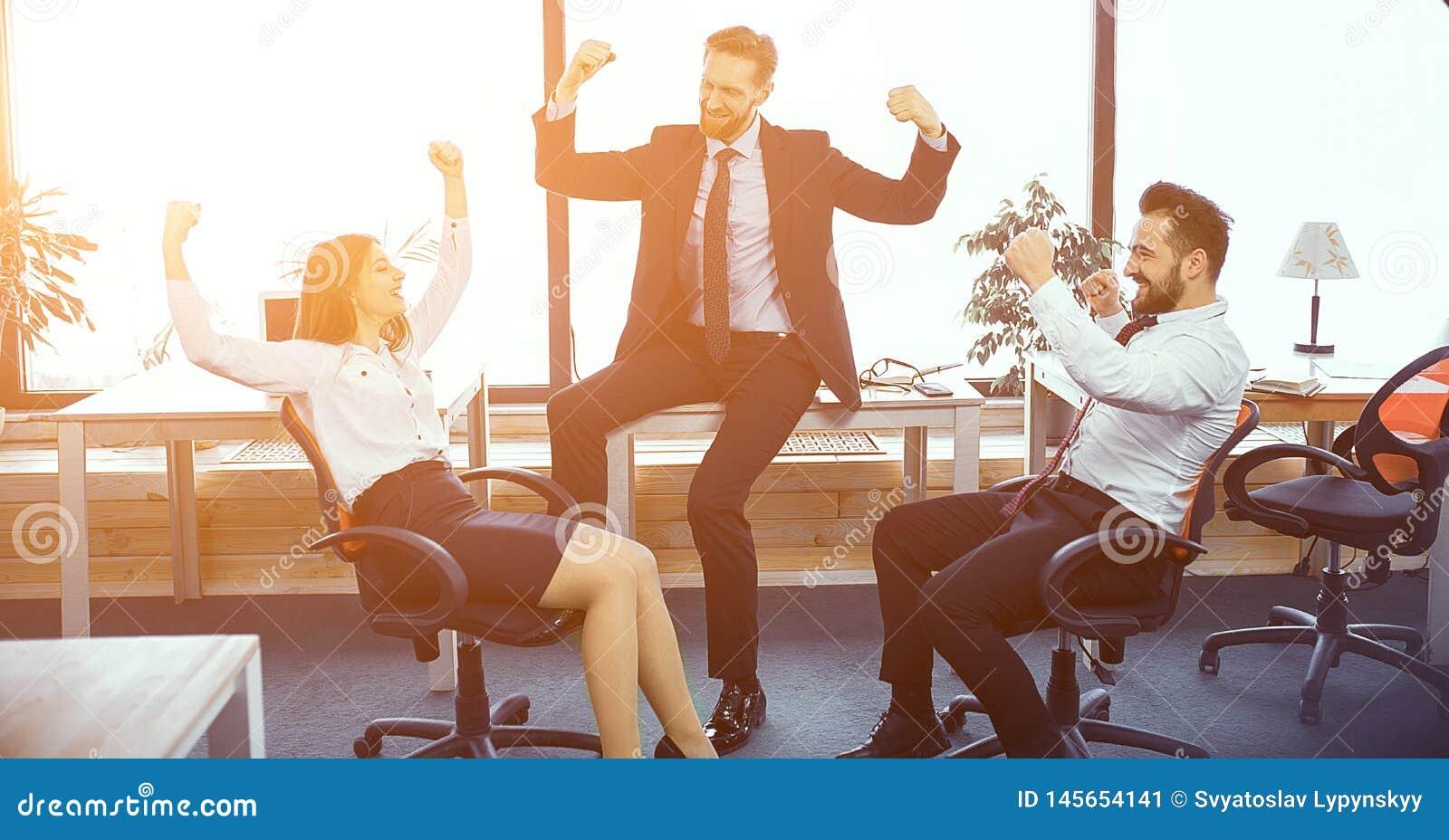 Momenti di divertimento in ufficio moderno soleggiato