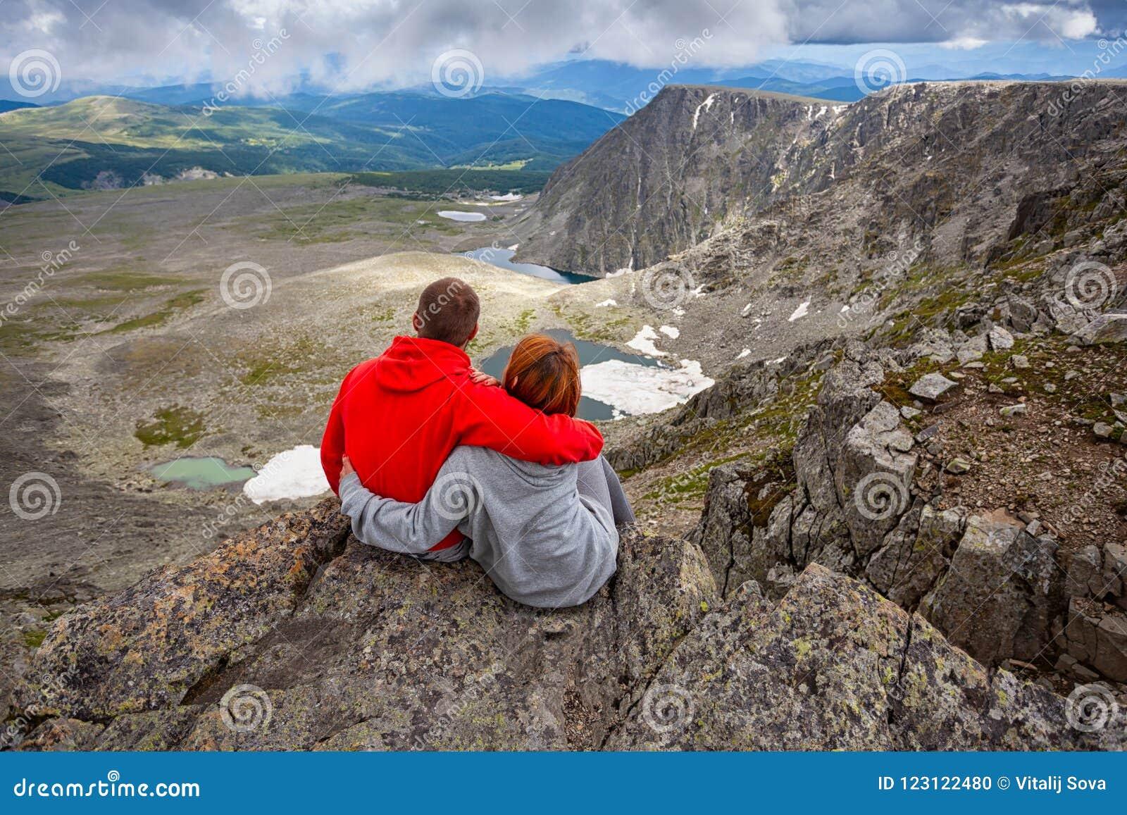 Momento atmosférico para amantes nas montanhas