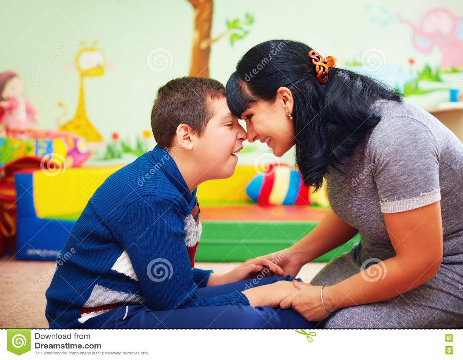 Momento com alma retrato da mãe e de seu filho amado com inabilidade no centro de reabilitação