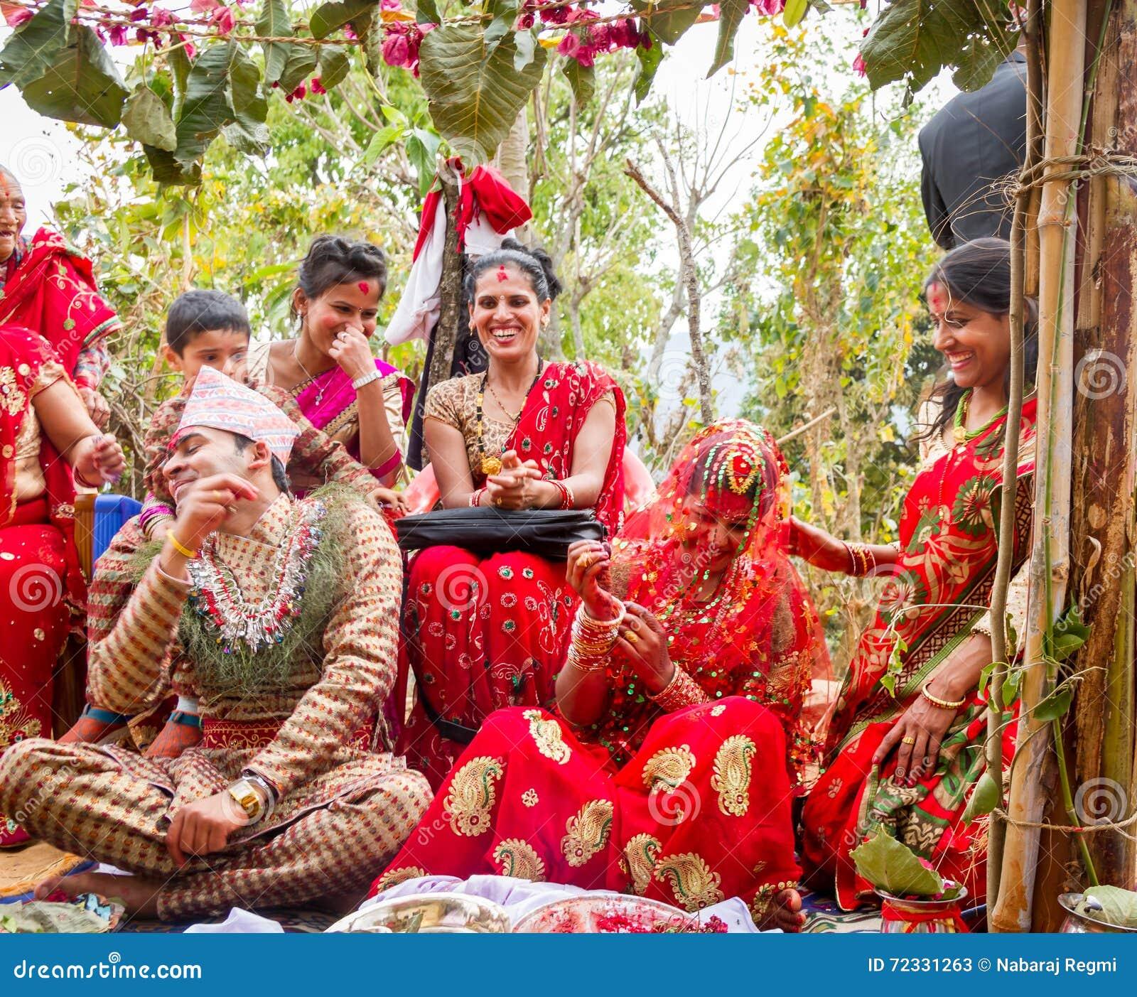 Matrimonio In Nepal : Momento felice di cerimonia nozze fotografia stock