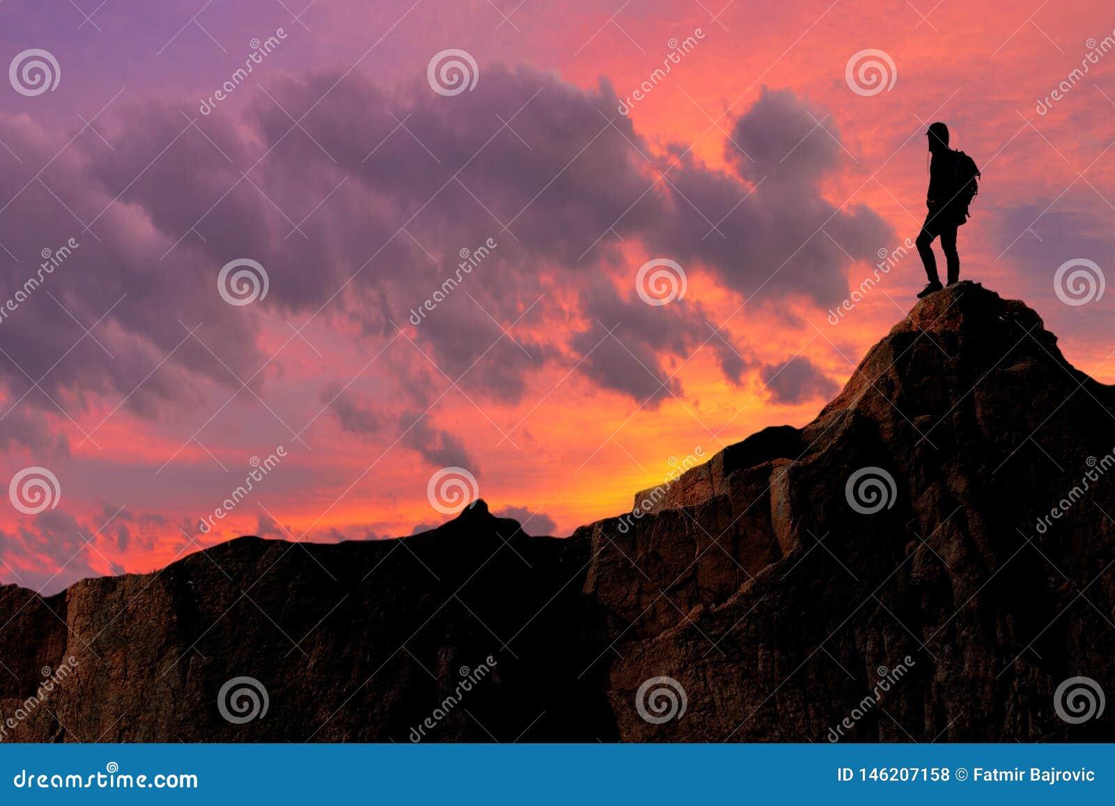 Momento interessante stesso Un giovane mountainer ? riuscito a scalare alla cima ed a raggiungere il suo scopo
