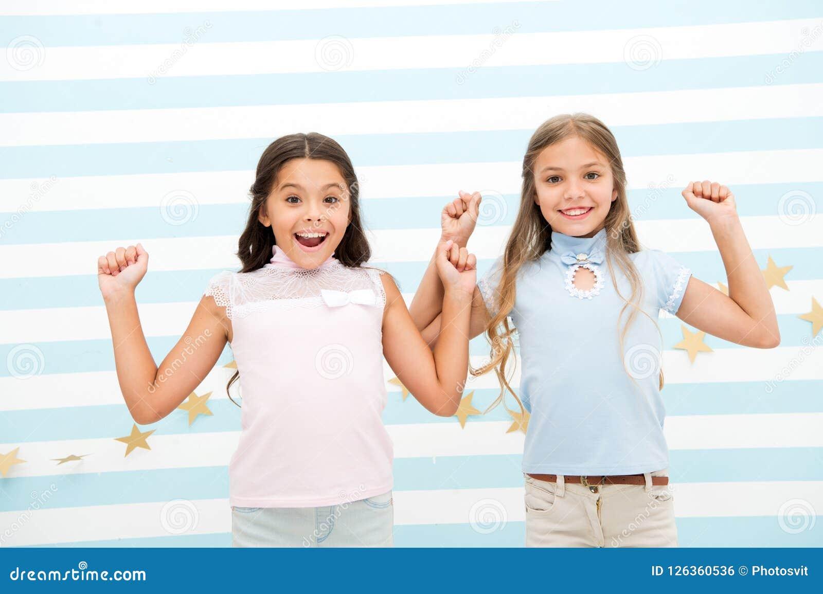 Momentos emocionados junto Embroma a los preadolescentes de las colegialas felices juntos Soporte emocionado caras felices sonrie