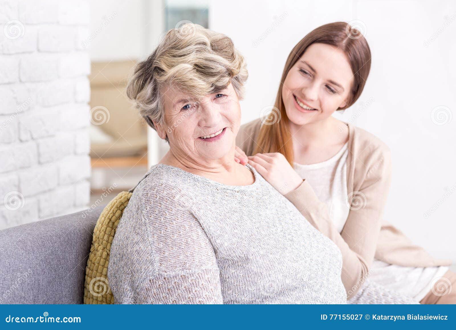 Moments heureux aimants ainsi que la grand-maman