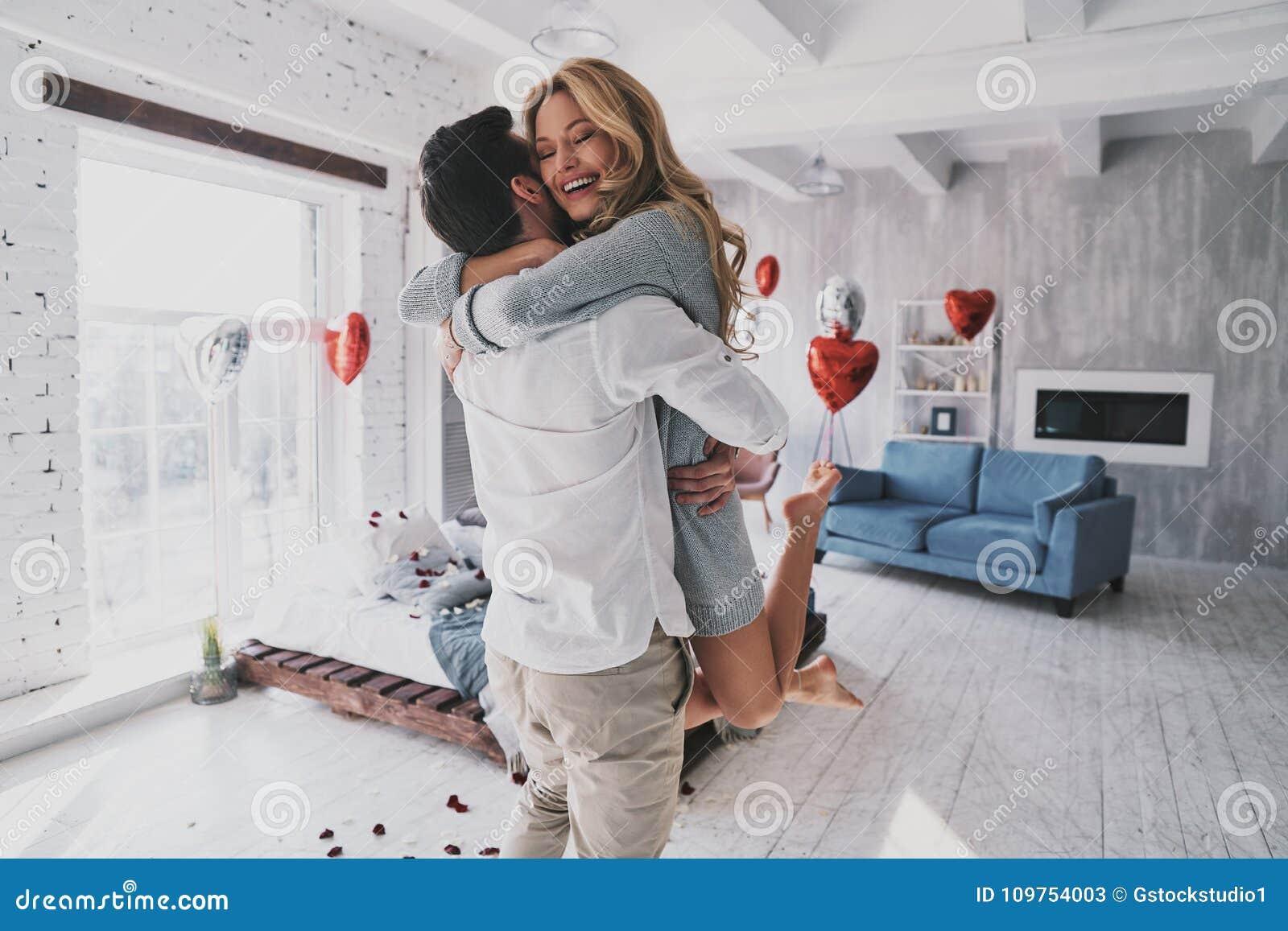 Momenty intymność Piękny potomstwo pary obejmowanie i smilin