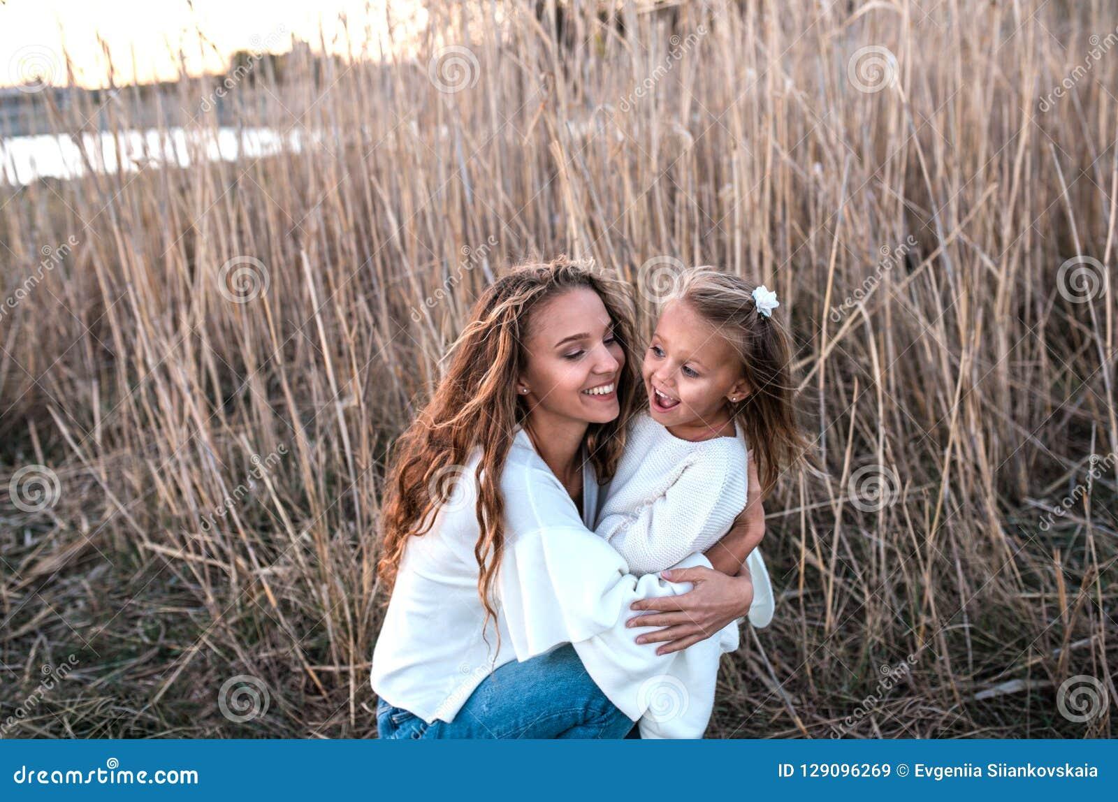 Momia e hija que se divierten junto al aire libre