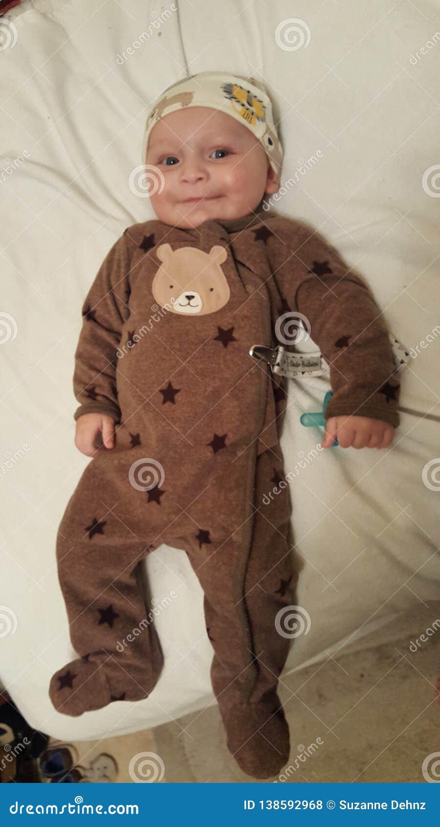 MOMMIE'S逗人喜爱的矮小的蓝眼睛的男婴4个月