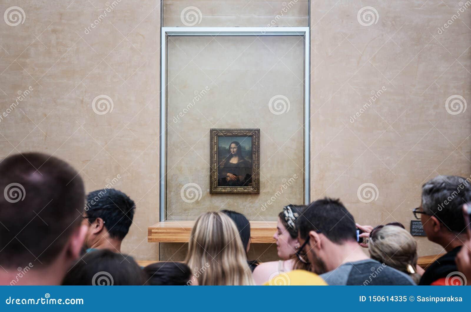 Mona Lisa, Malen von Leonardo Da Vinci mit gedrängten Touristen, in Le Louvre Museum in Paris, Frankreich am 3. Juni 2019