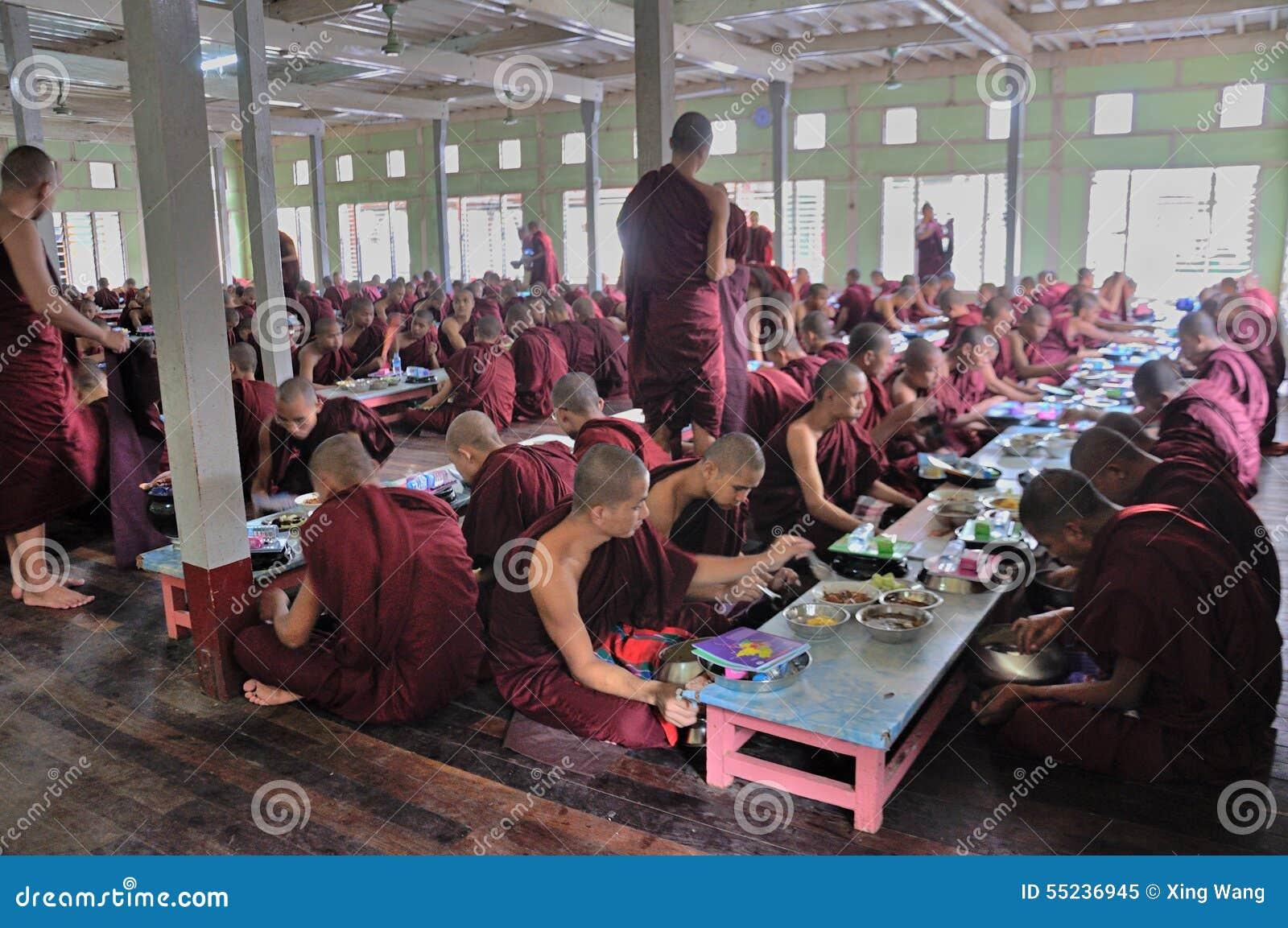 Monaci che mangiano pranzo