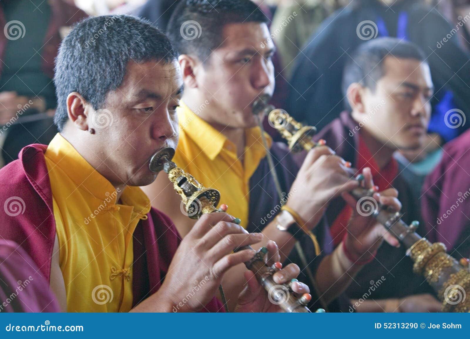Monaci tibetani con i corni a cerimonia buddista di autorizzazione di Amitabha, supporto di meditazione in Ojai, CA