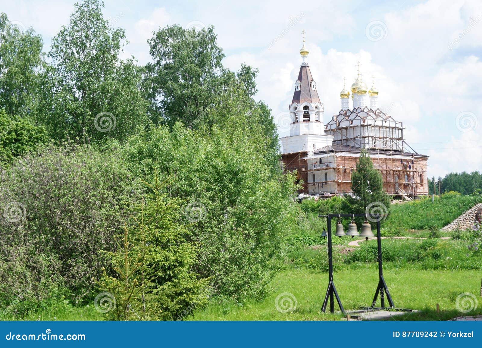 Monastère dans la région de Moscou, près du temple de caverne du GreatMartyr saint Demetrios